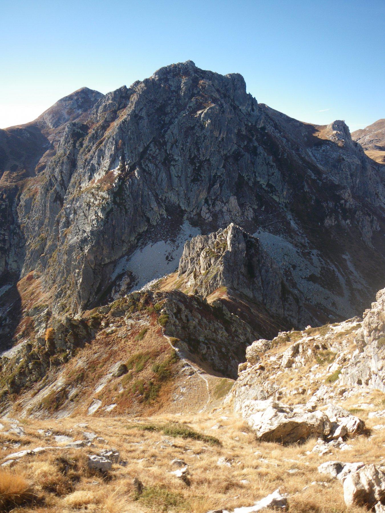 il bel colletto e dietro il versante Nord del Parvetto