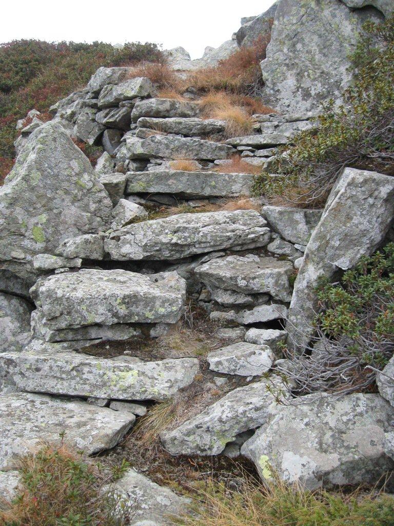 la scalinata che porta al colle
