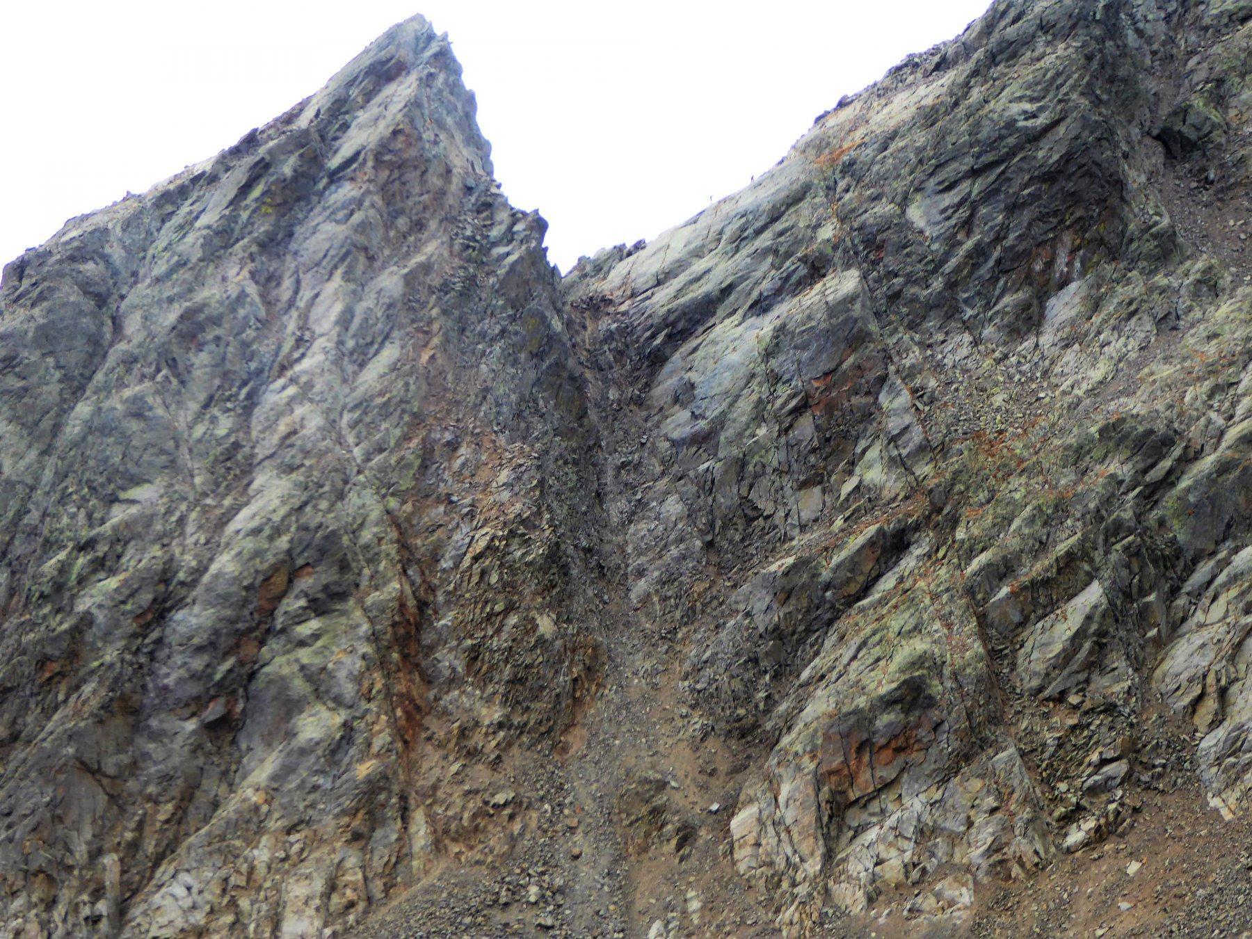 Gendarme del Corborant e l'impressionante canalone di discesa dal passo della Marmotta