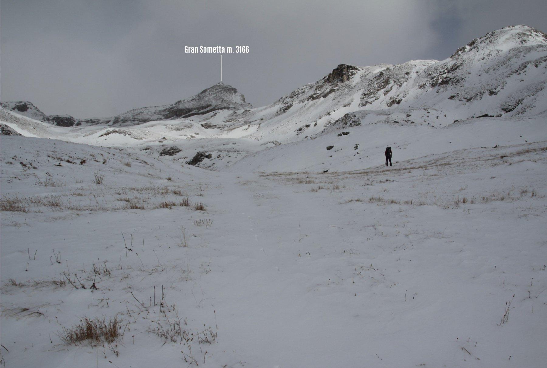 la nostra meta è ben visibile in alto, osservata da quota 2650 m