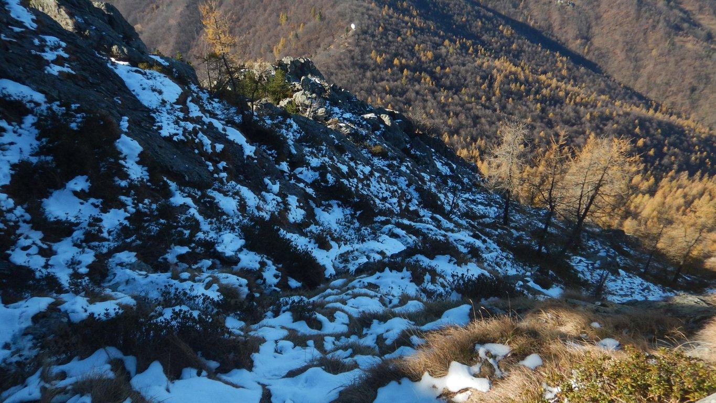 Neve ghiacciata sul sentiero di salita a nord