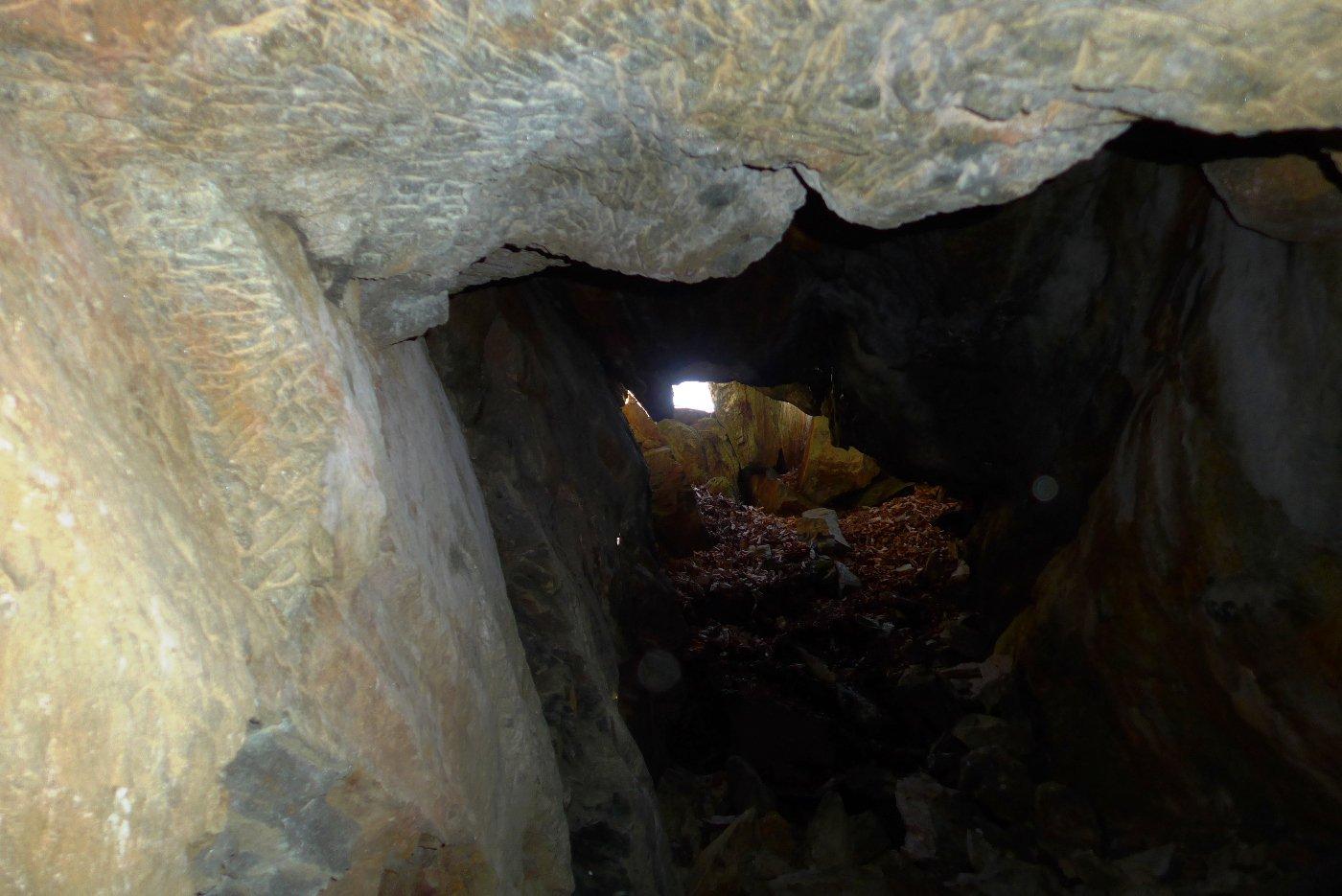Nella grotta. In alto si vedono i segni dello scalpello