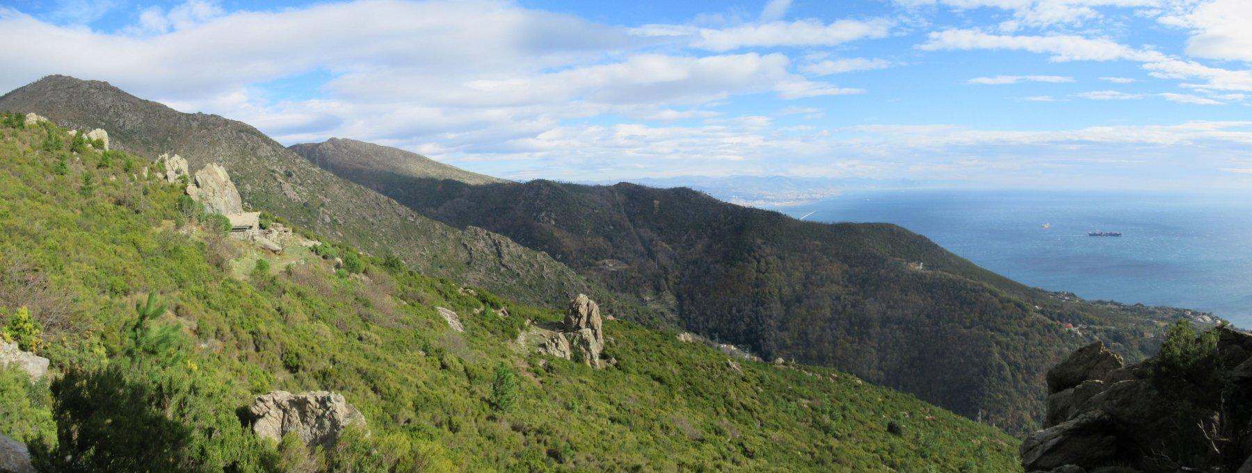Rifugio Scarpeggin a sinistra e Genova sullo sfondo