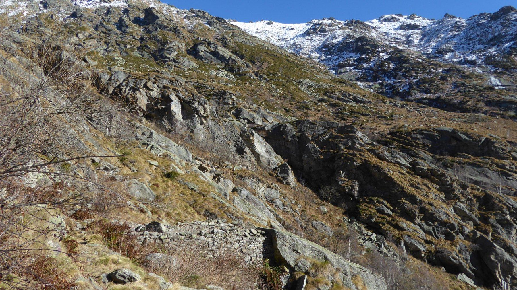 Ruderi Alpe I Pis, dove inizia la roggia della Pezza