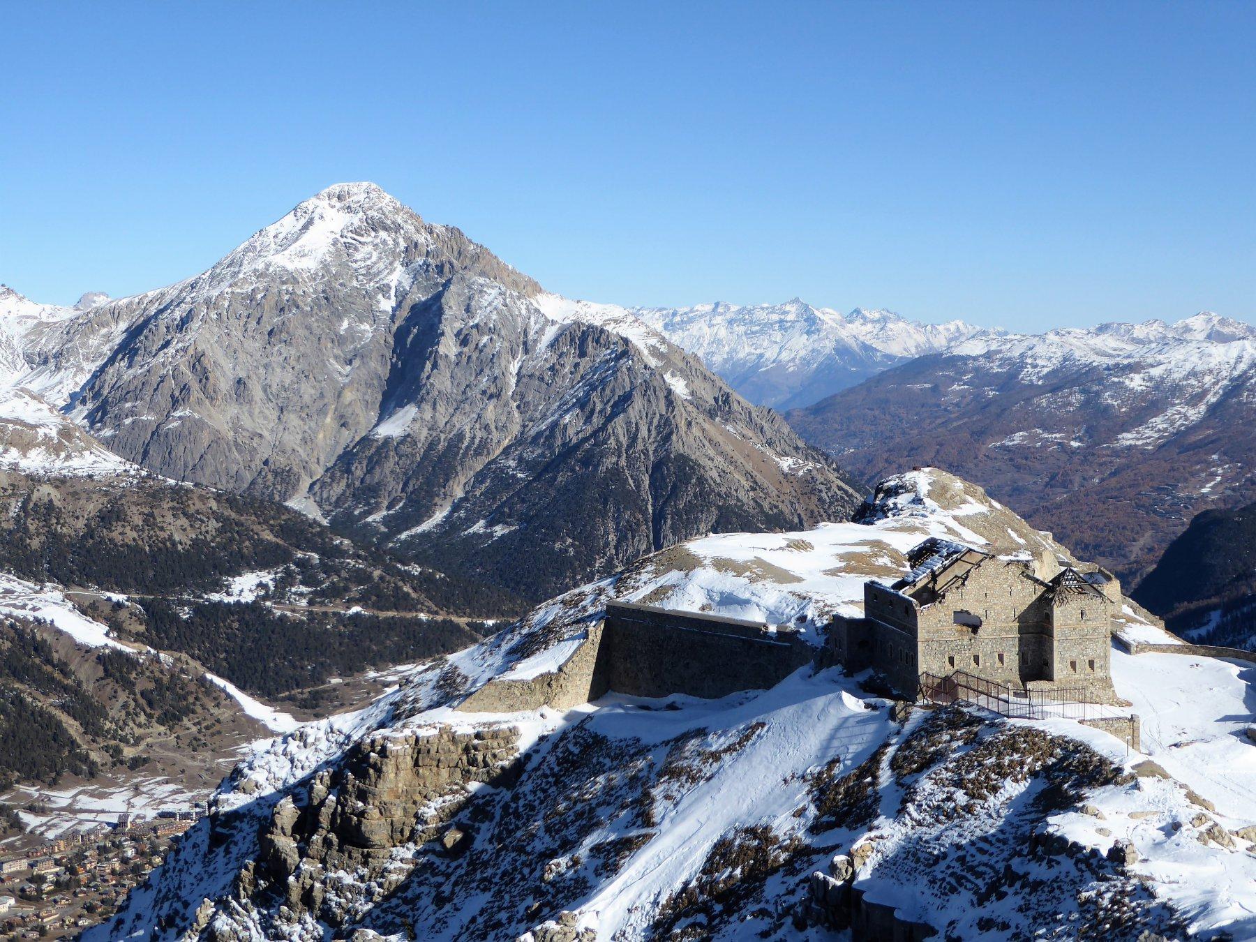 il forte Janus visto dall'alto salendo alla punta; sullo sfondo lo Chaberton