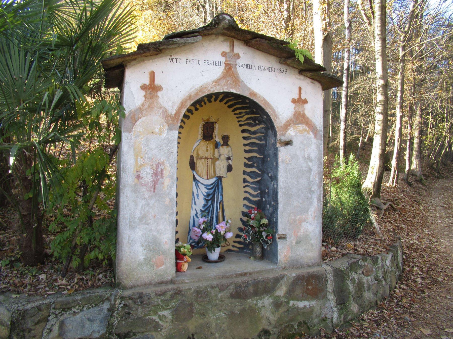 Una delle cappellette votive dedicate alla Madonna Nera