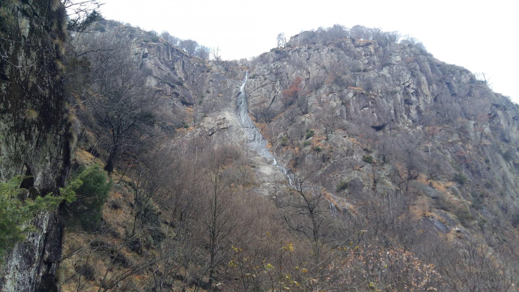 la stupenda cascata di Pogallo. a sx la via di salita