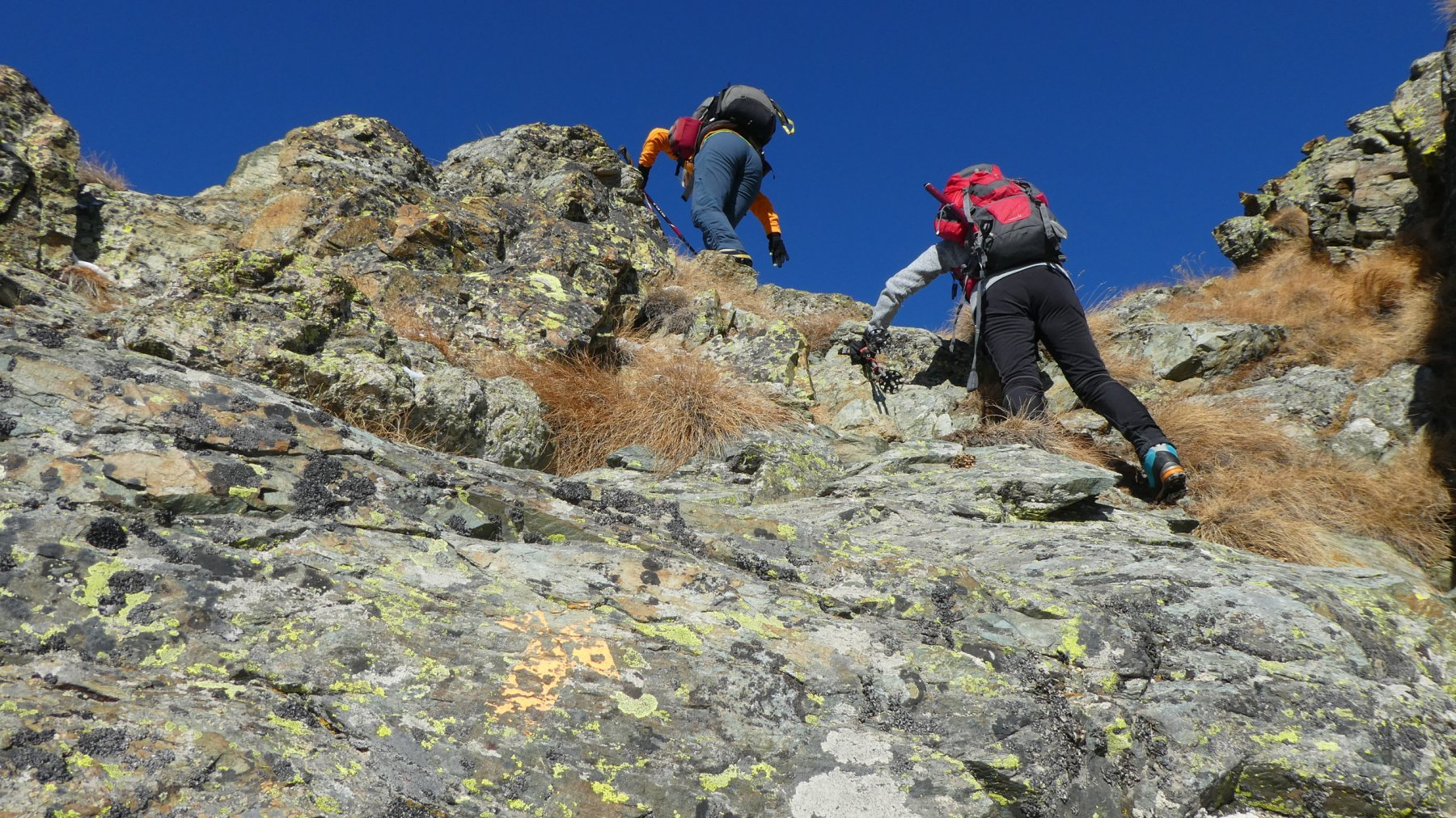 Mary e Anna Maria impegnate a superare un gradino roccioso della cresta SO del Tantanè