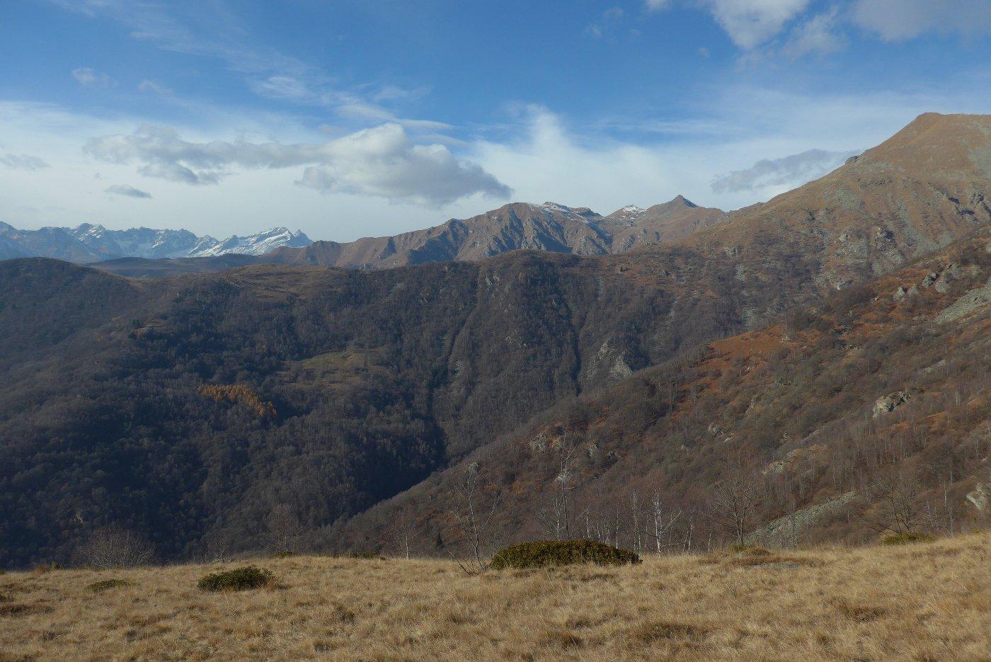 Scendendo sul versante ovest della cresta