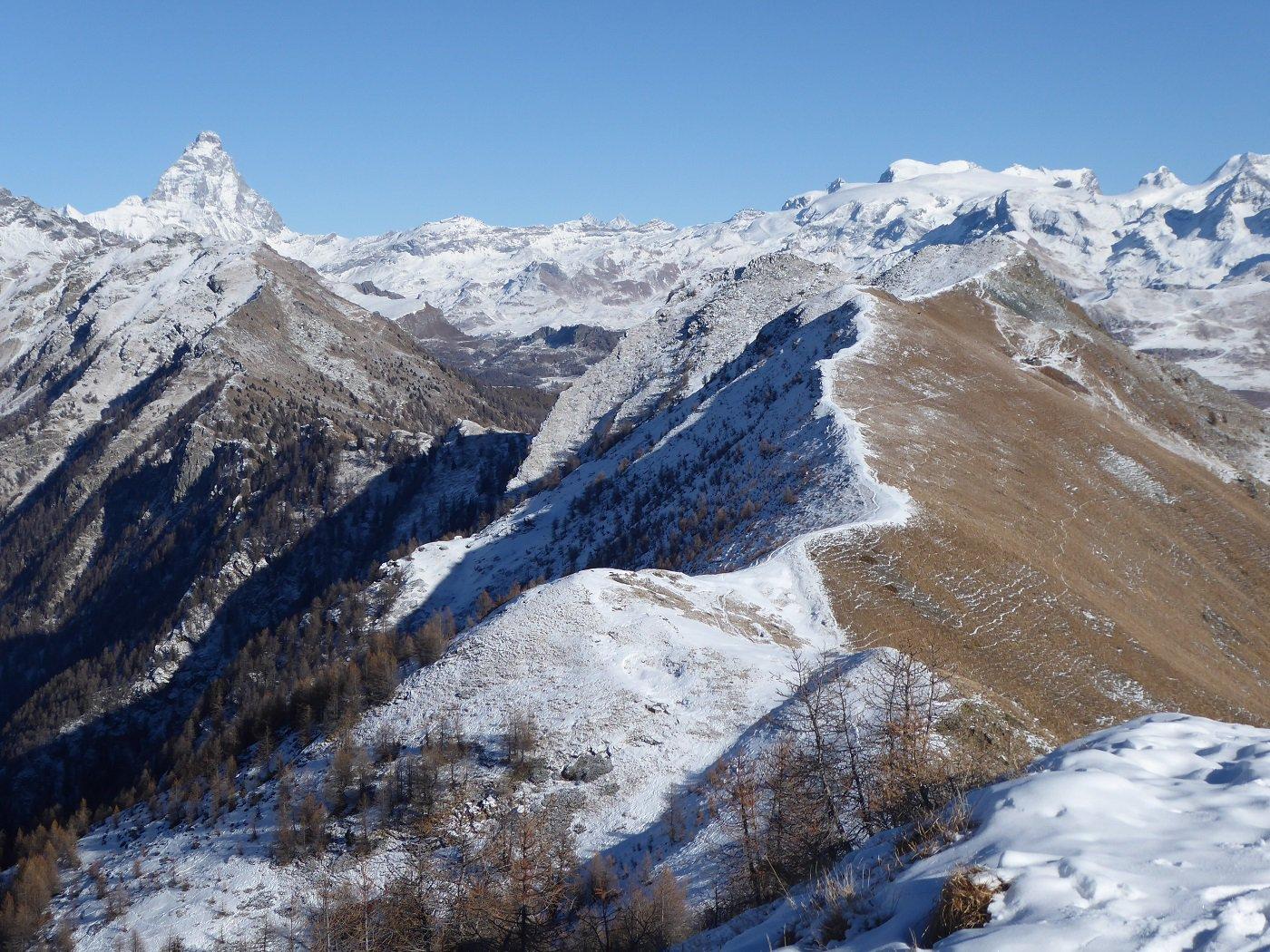 Dalla Longhede la dorsale che la unisce alla Becca d'Aver. Sullo sfondo Cervino e MOnte Rosa.