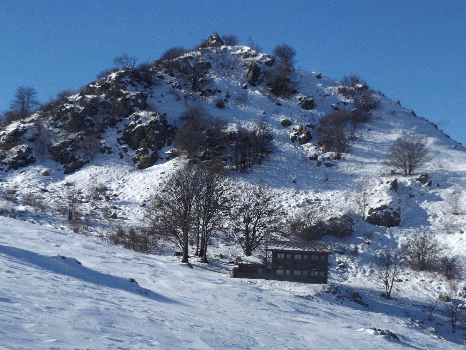 Rifugio Lunella con sfondo la cima del Pilone