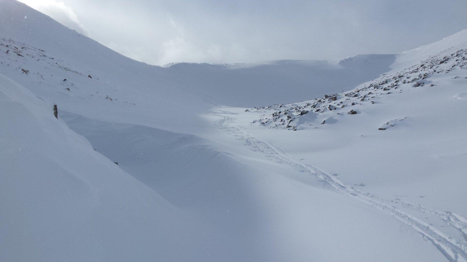 il colle tra pietre e neve