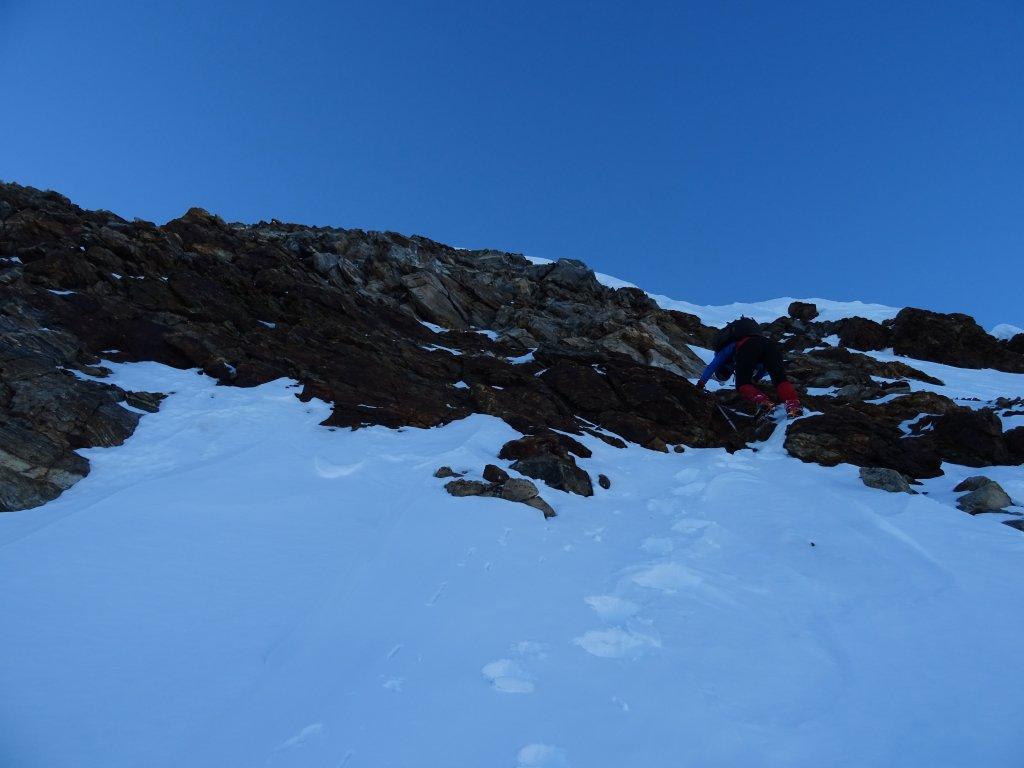 sulle roccette per guadagnare la cresta nord