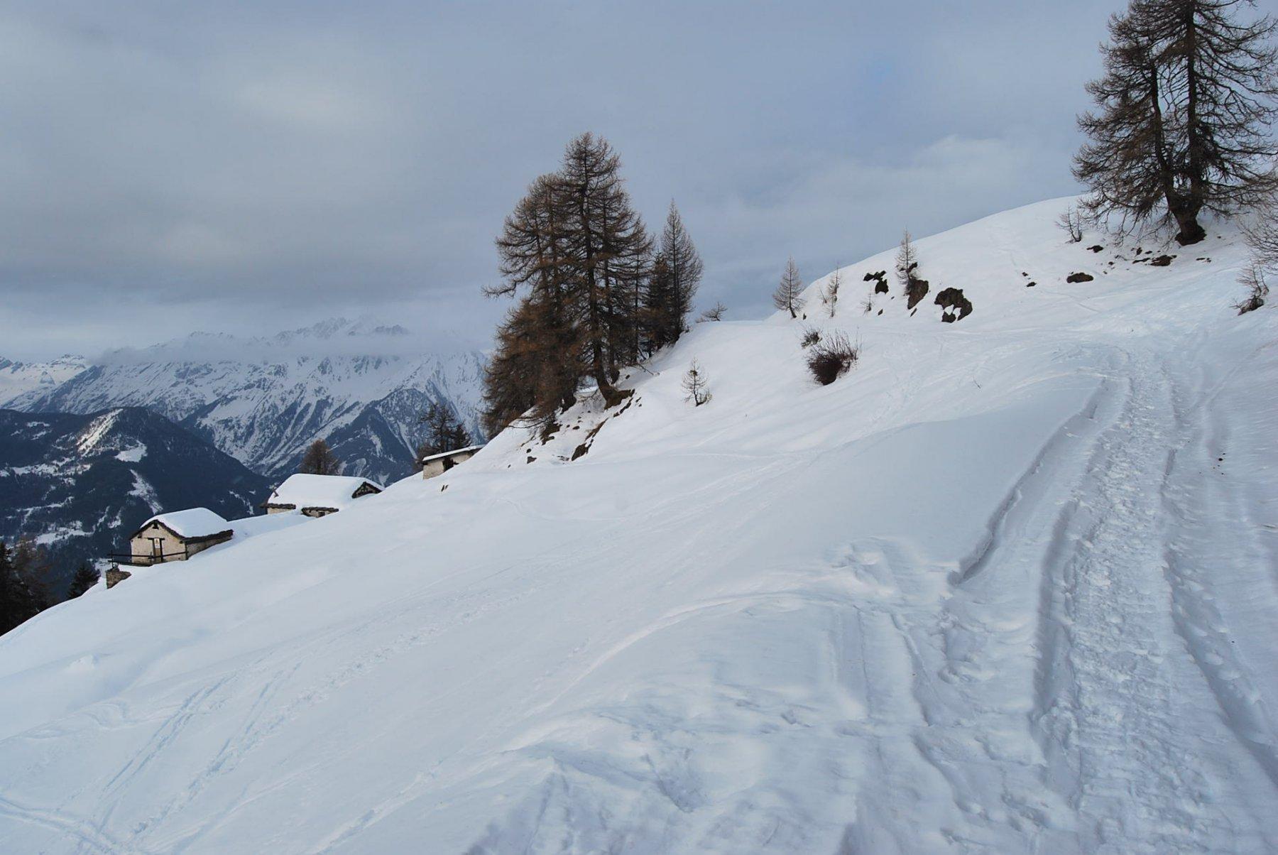 Ultima curva prima di Les Ors. In basso gli alpeggi di Plan Bellard
