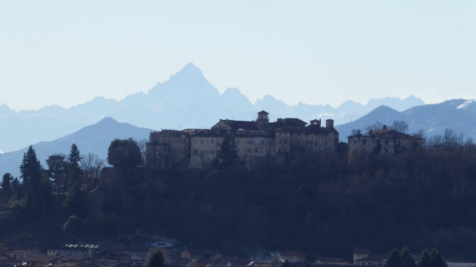 Dal bivio della Chiria, zoom su Castello di Valperga, con Monviso sullo sfondo