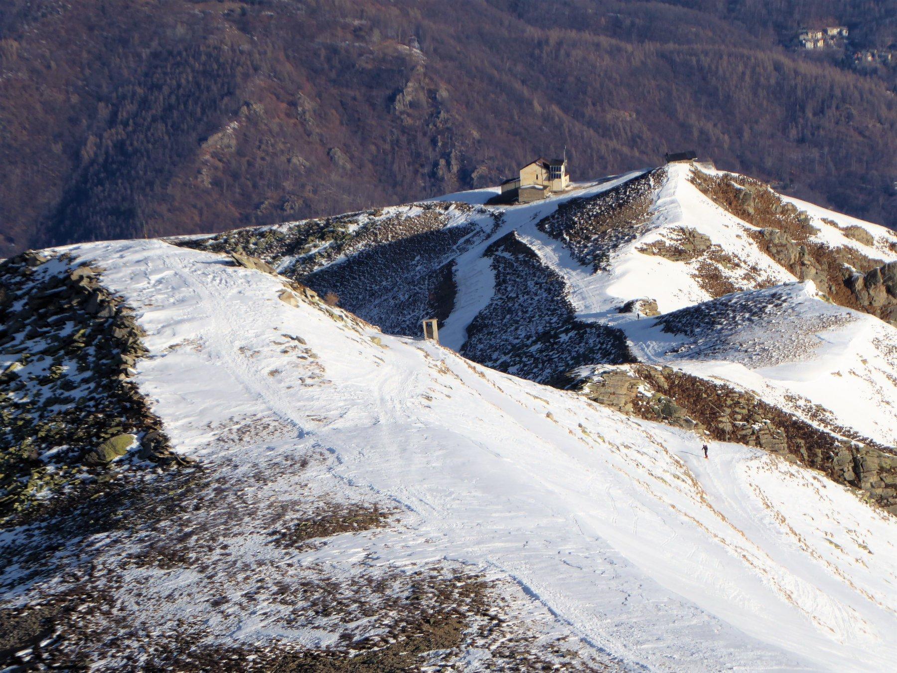 dalla cima la seconda parte del percorso, con l'arrivo della ex seggiovia