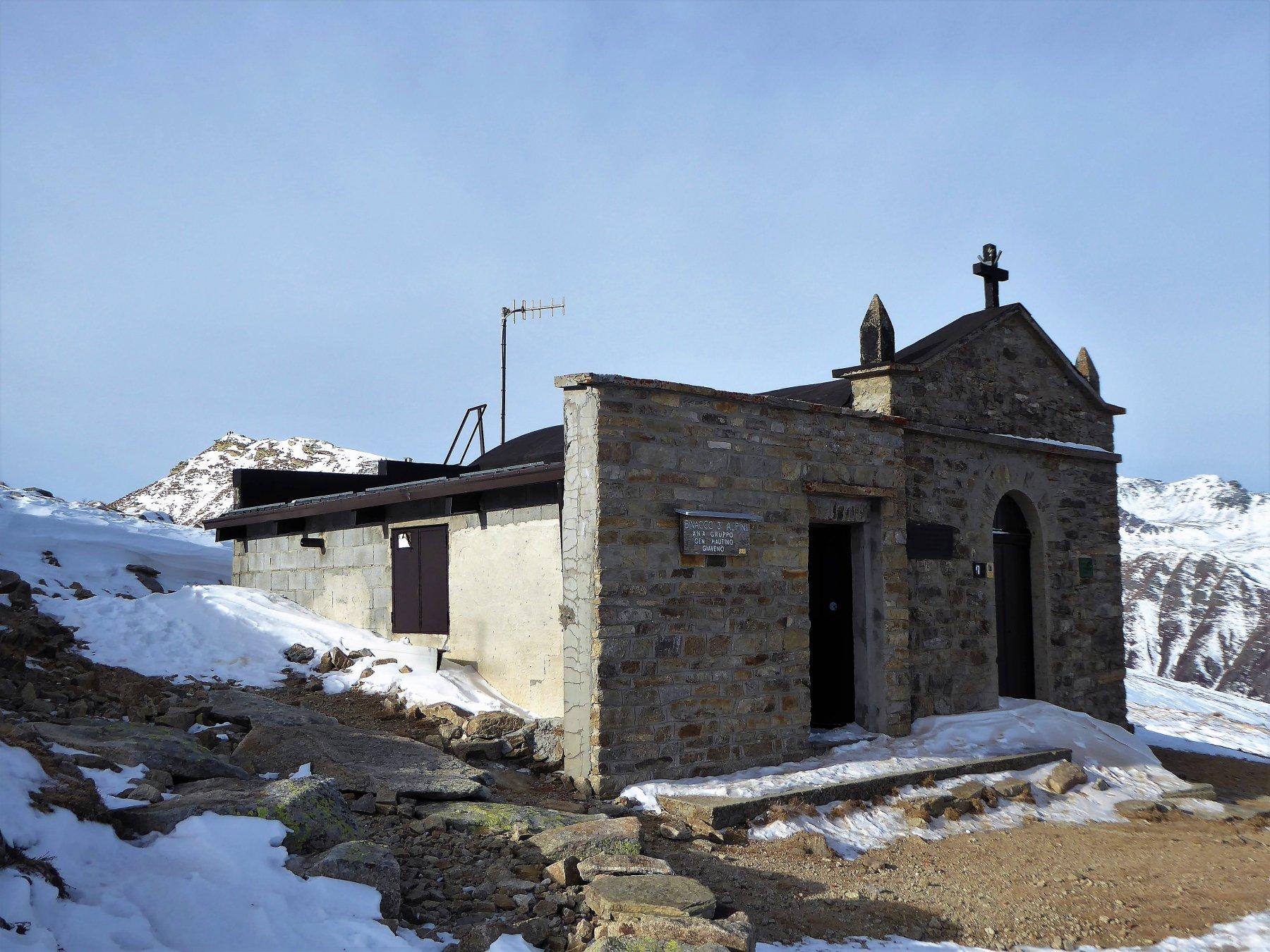 chiesetta e, sulla sinistra, la punta dell'Aquila