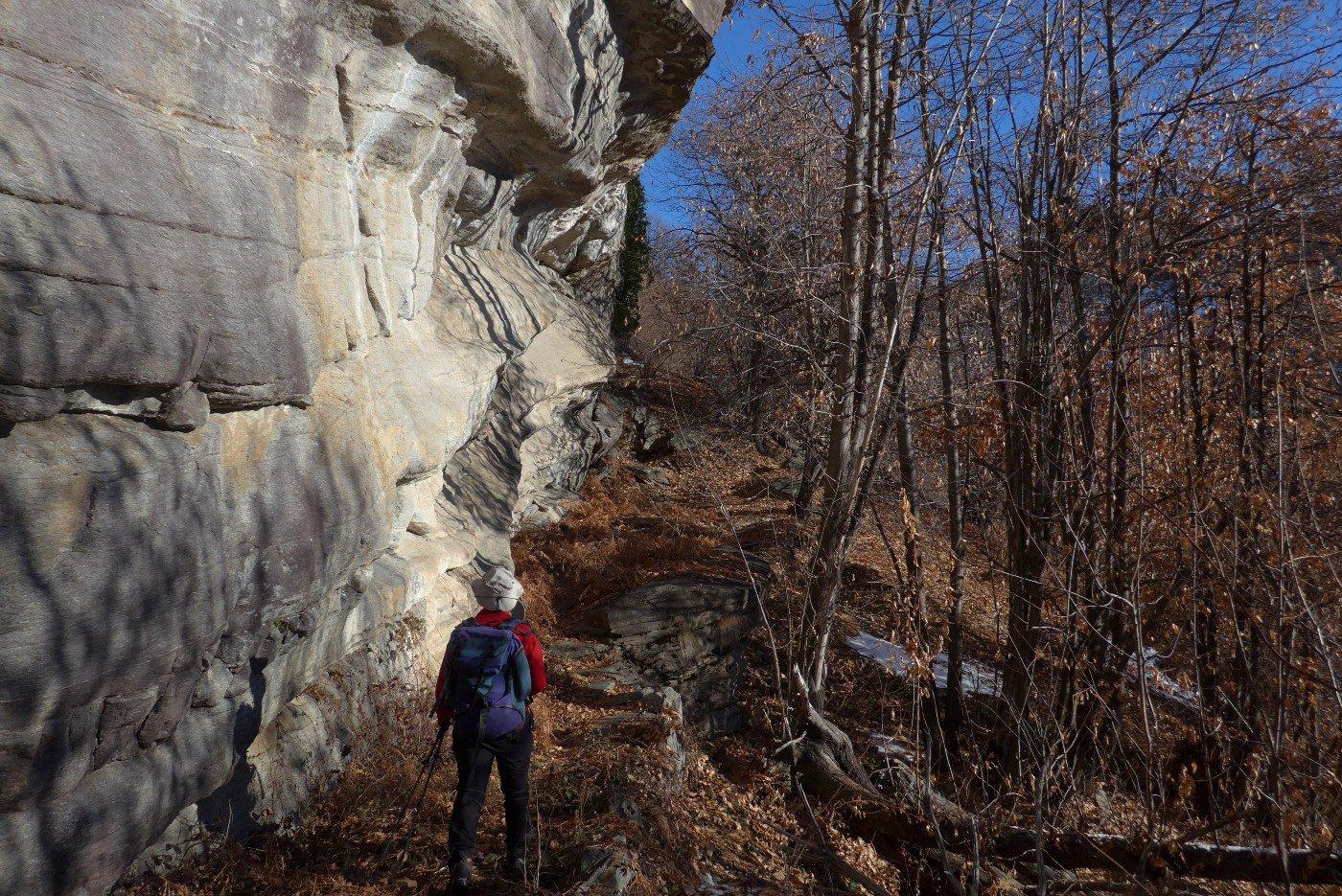 Passando sotto le belle pareti di roccia