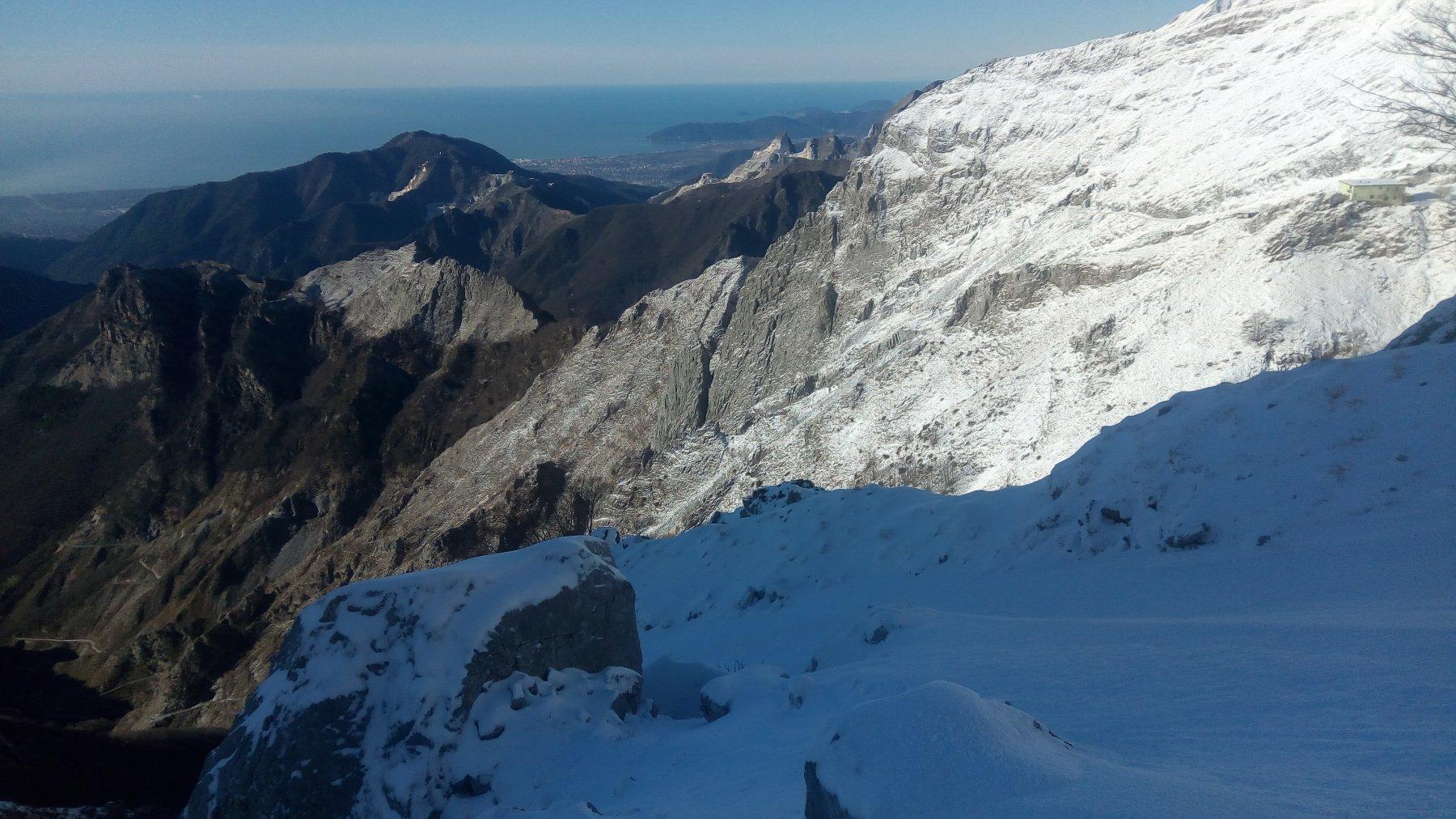 Mare e neve, con il caratteristico masso solitario