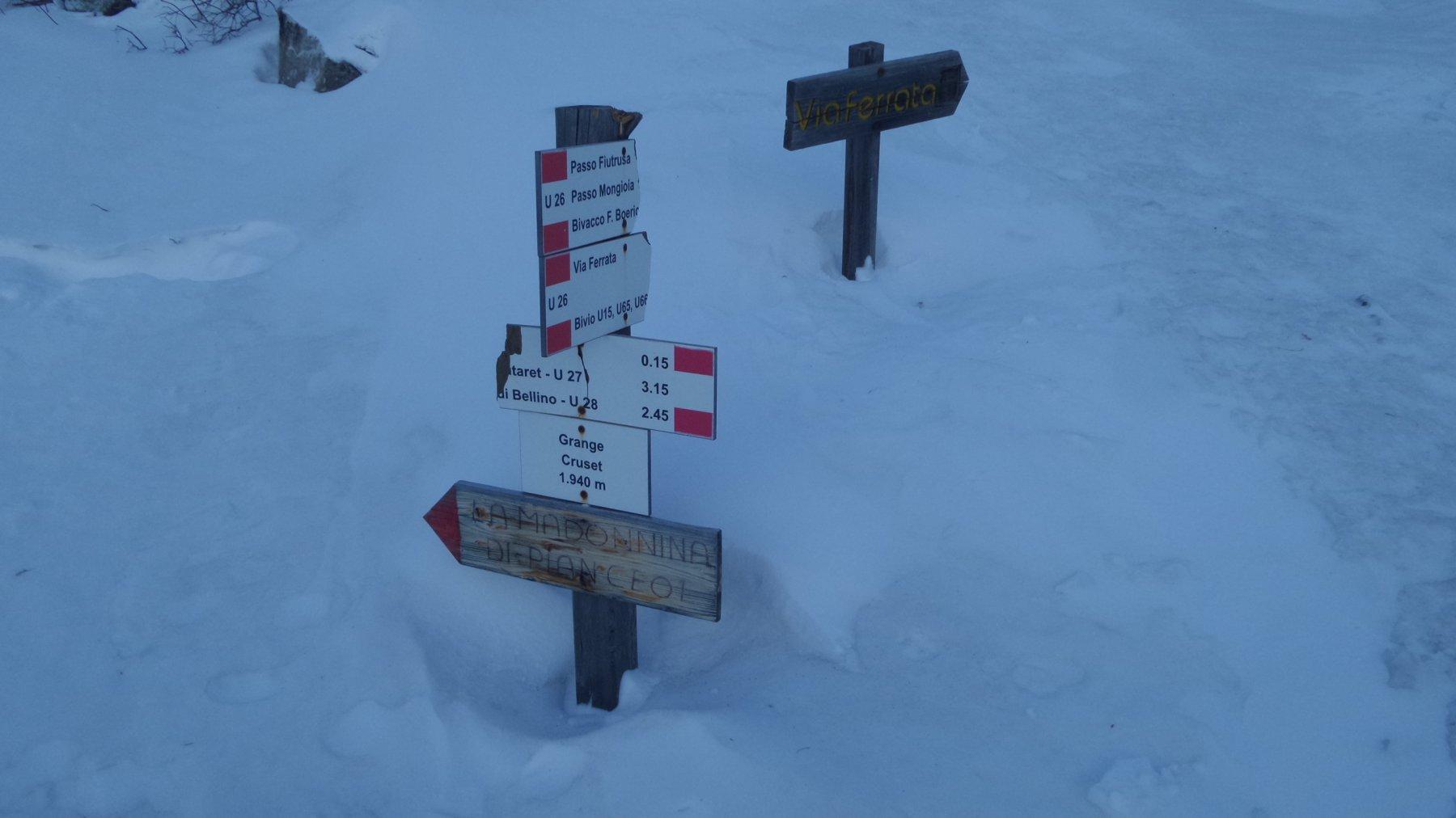 cartelli indicatori nei pressi del bivio dove ha inizio il sentiero per salire verso i Colli Autaret e Bellino