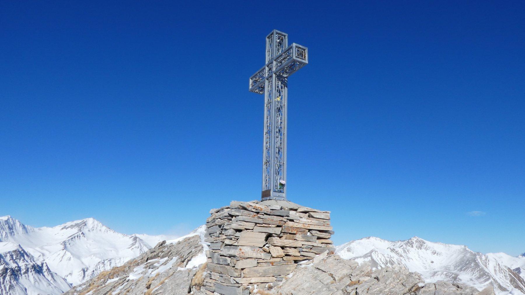 la grande croce di vetta del Monte Pence