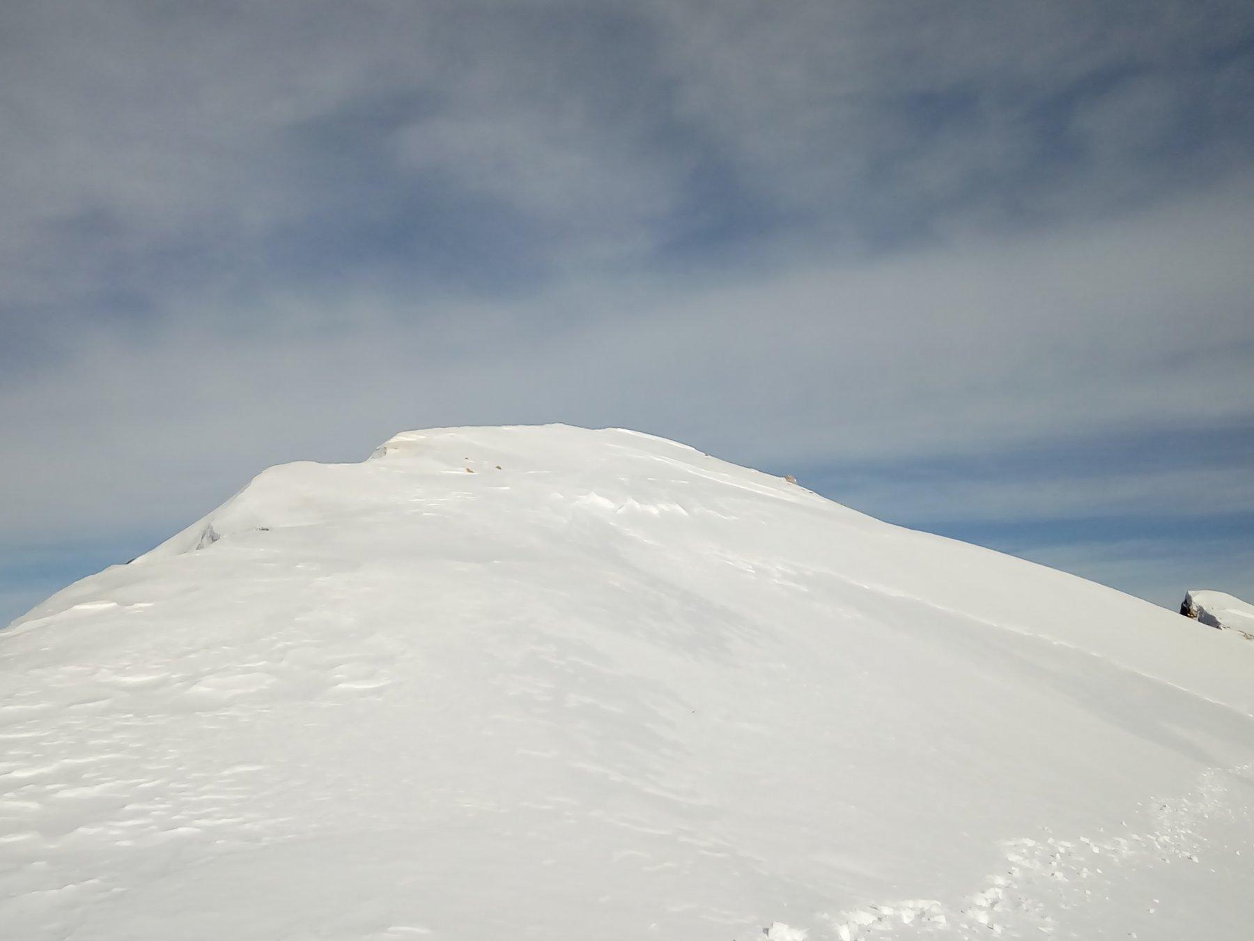 La cresta che domina la parete est