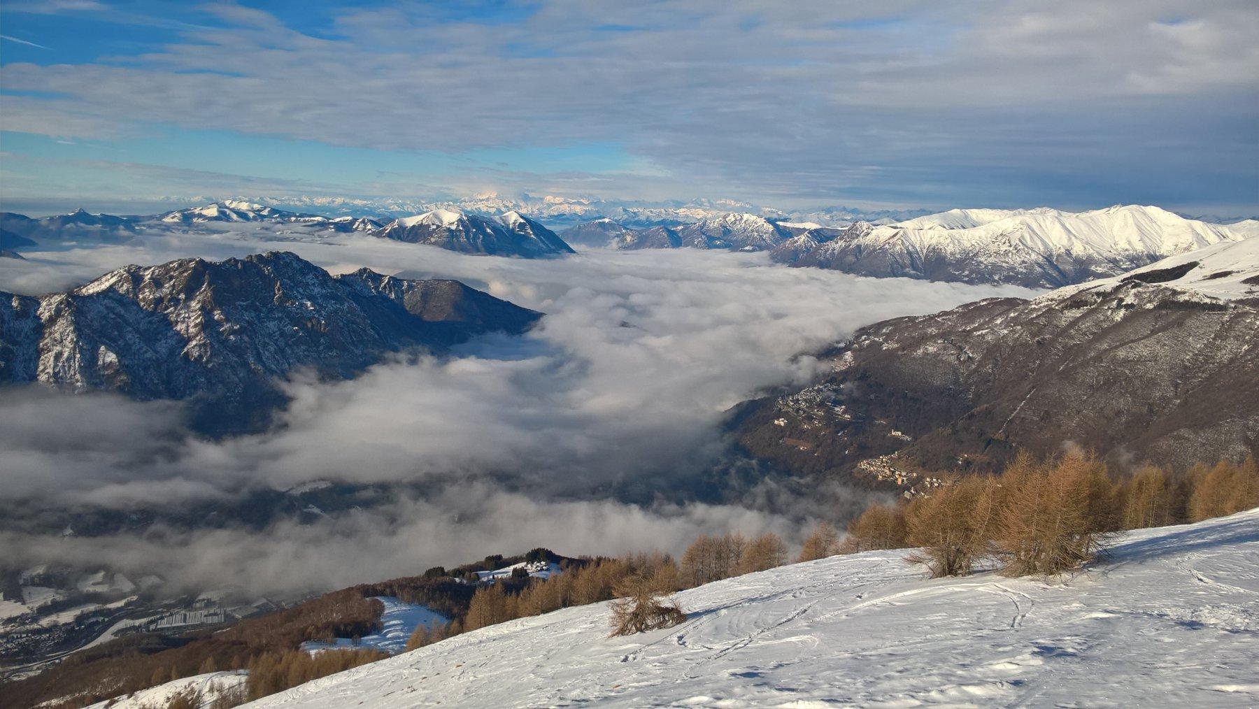 vista con mare di nubi sul lago