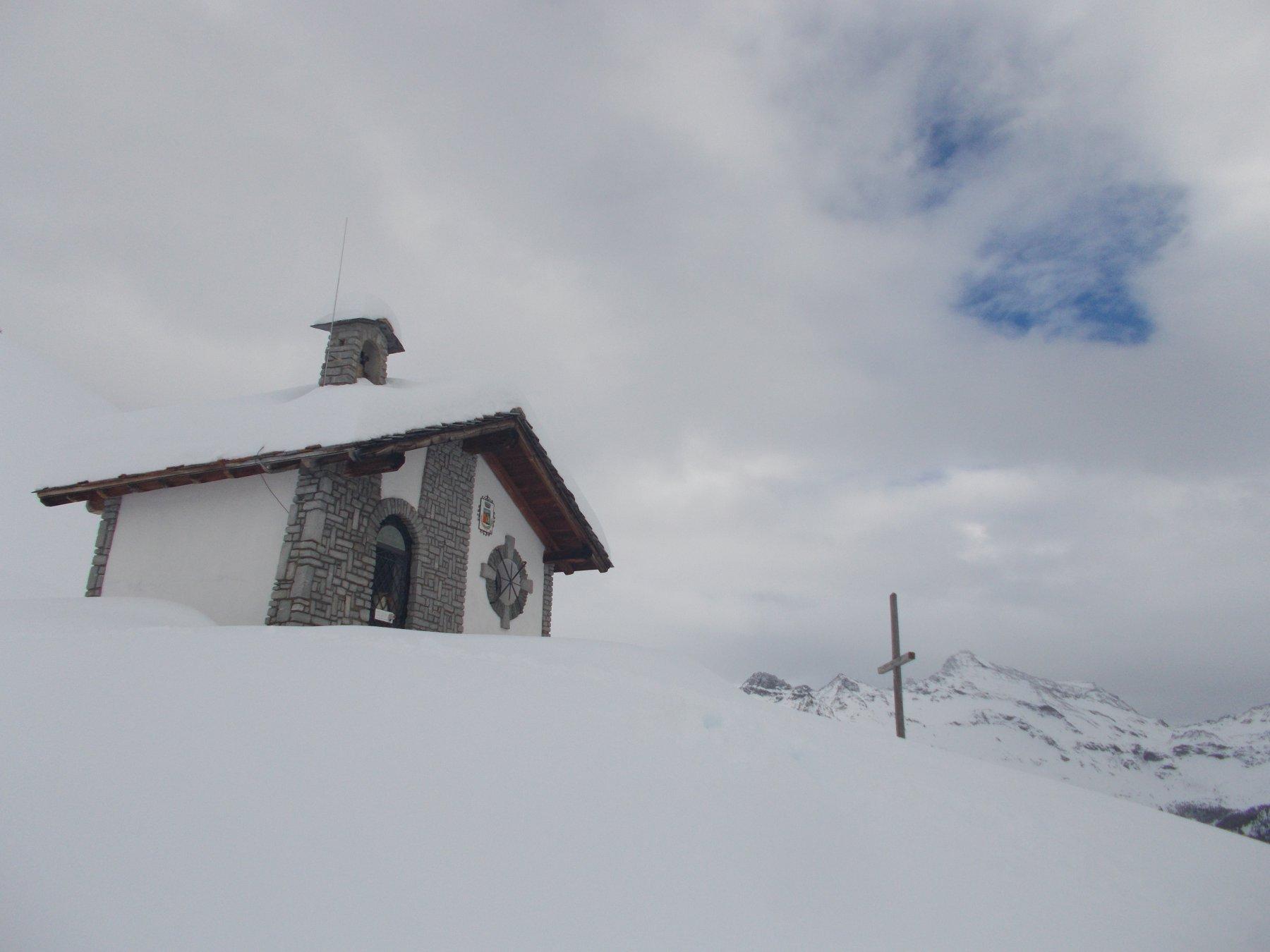 la chiesetta in posizione amena..risparmiata dalla valanga passatale a poche decine di metri ddistanza...