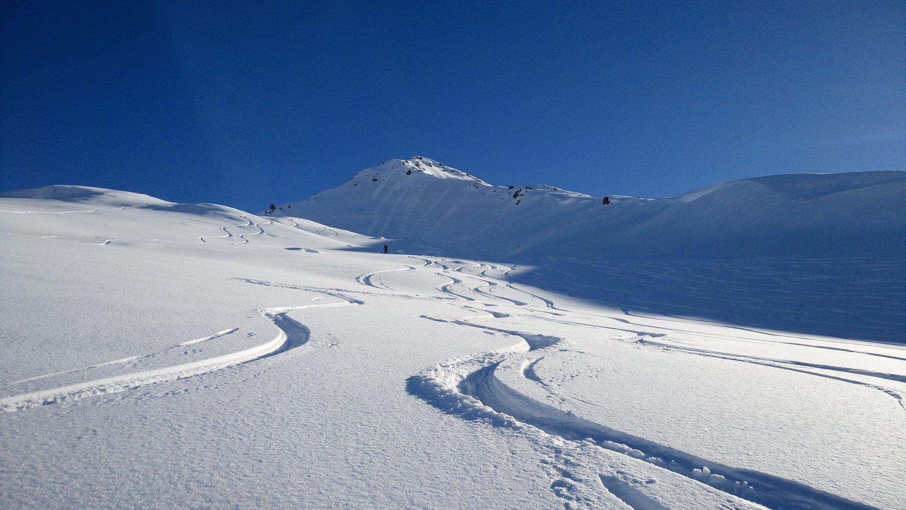 I bei pendii da sciare sotto la cima