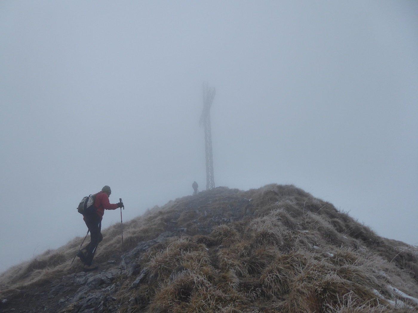 Arrivo in vetta al Formico avvolti dalla nebbia.