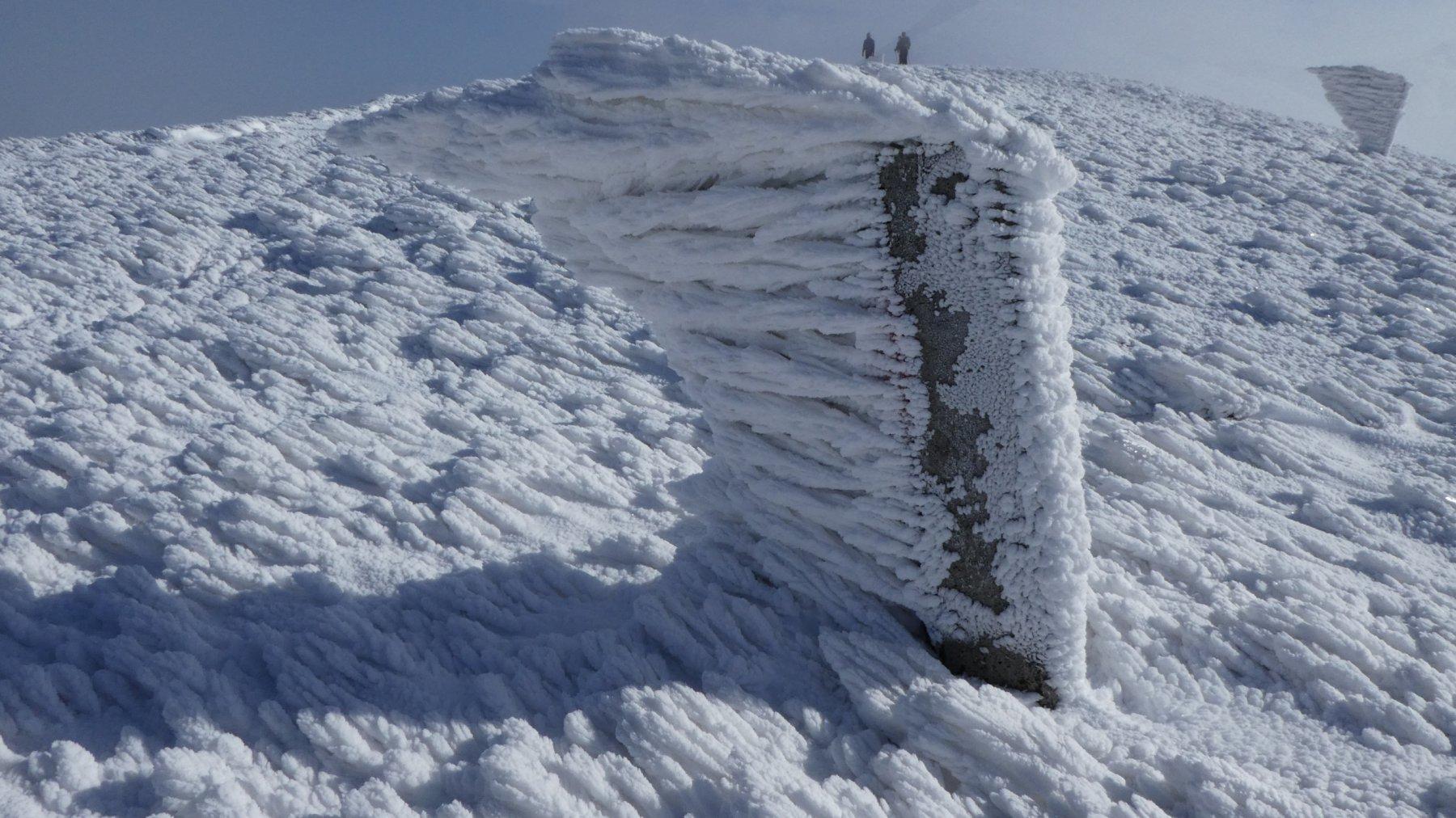 sculture di ghiaccio lungo il crinale verso il Monte Spigolino