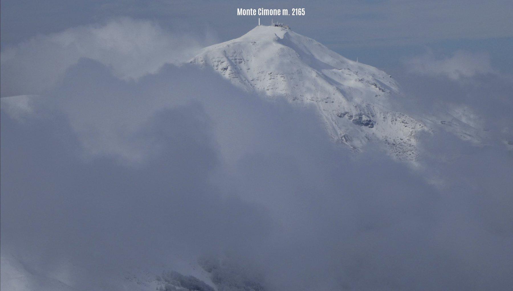 colpo d'occhio dalla vetta verso il Monte Cimone