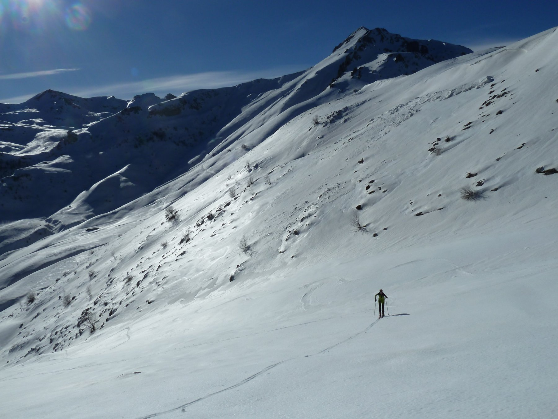 risalita verso la P. Alpet con alle spalle il versante SE del Mondolè