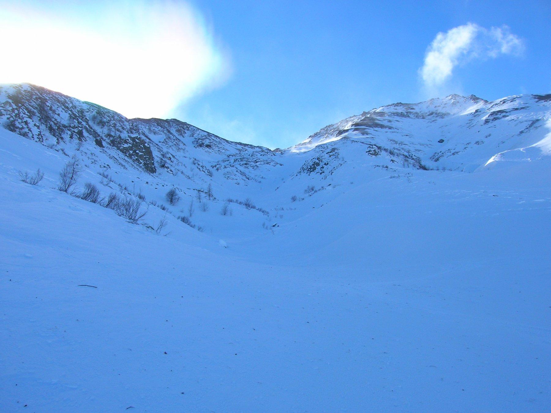 La parte bassa della valletta che costeggia, sulla destra, la dorsale nord-est (erosa dal vento)
