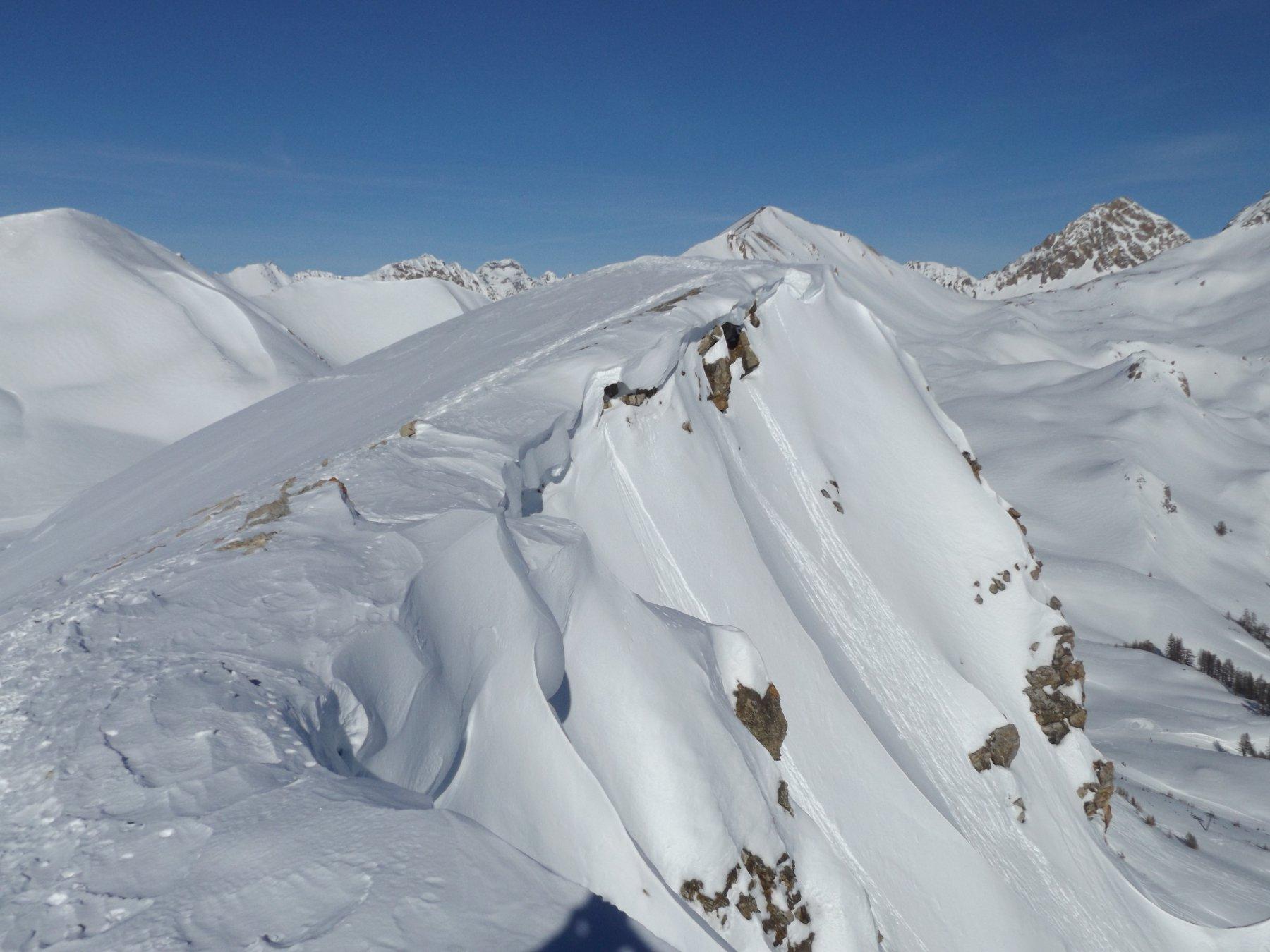 La cresta con le cornici di neve