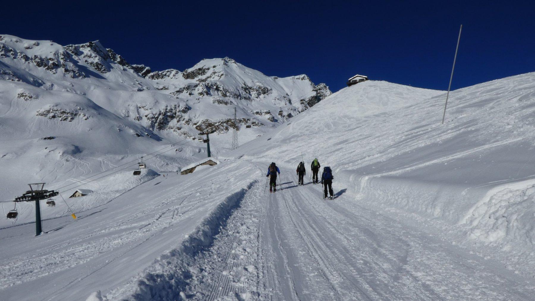 salendo lungo la pista dedicata a ciaspolatori e scialpinisti in direzione del Colle della Bettaforca