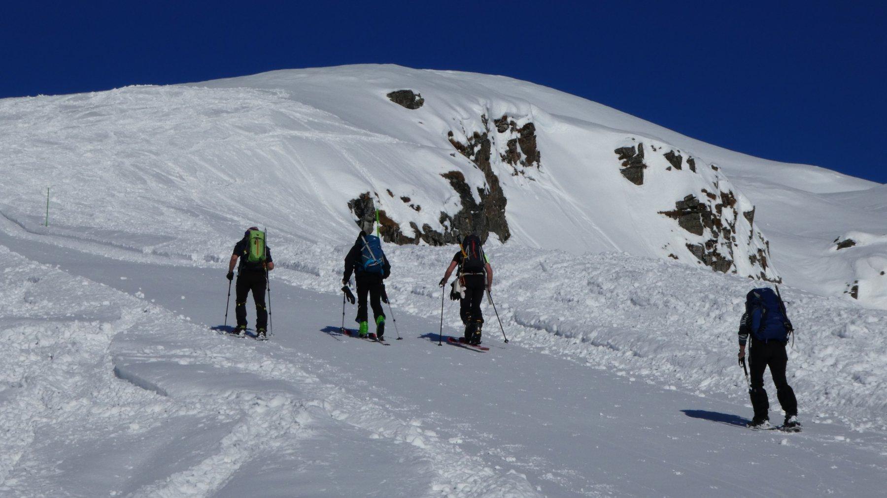 risalendo la pista battuta verso il Colle di Bettaforca a quota 2450 m