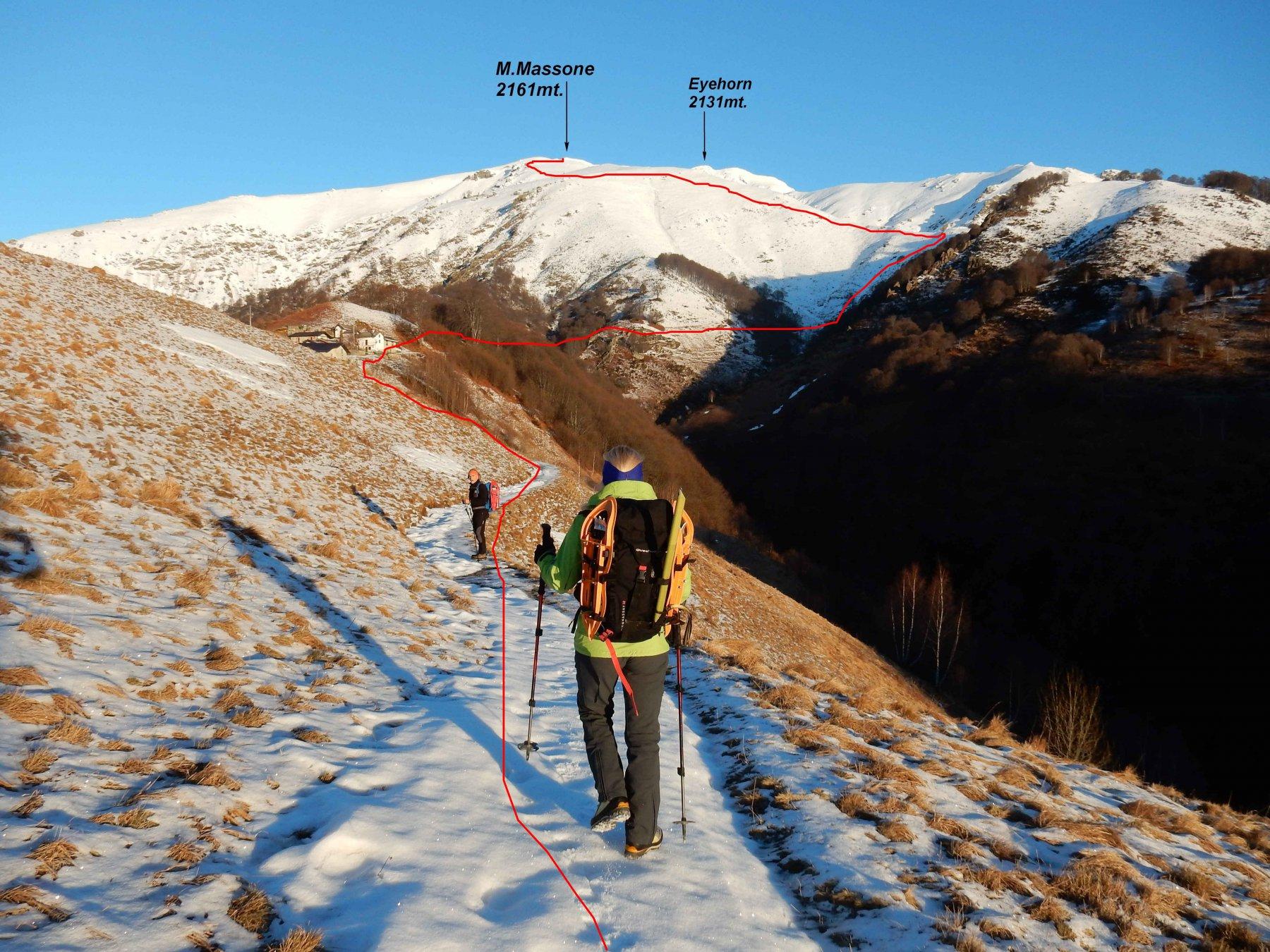 Itinerario tracciato in rosso per la salita al M.Massone visto dall'Alpe Loccia.