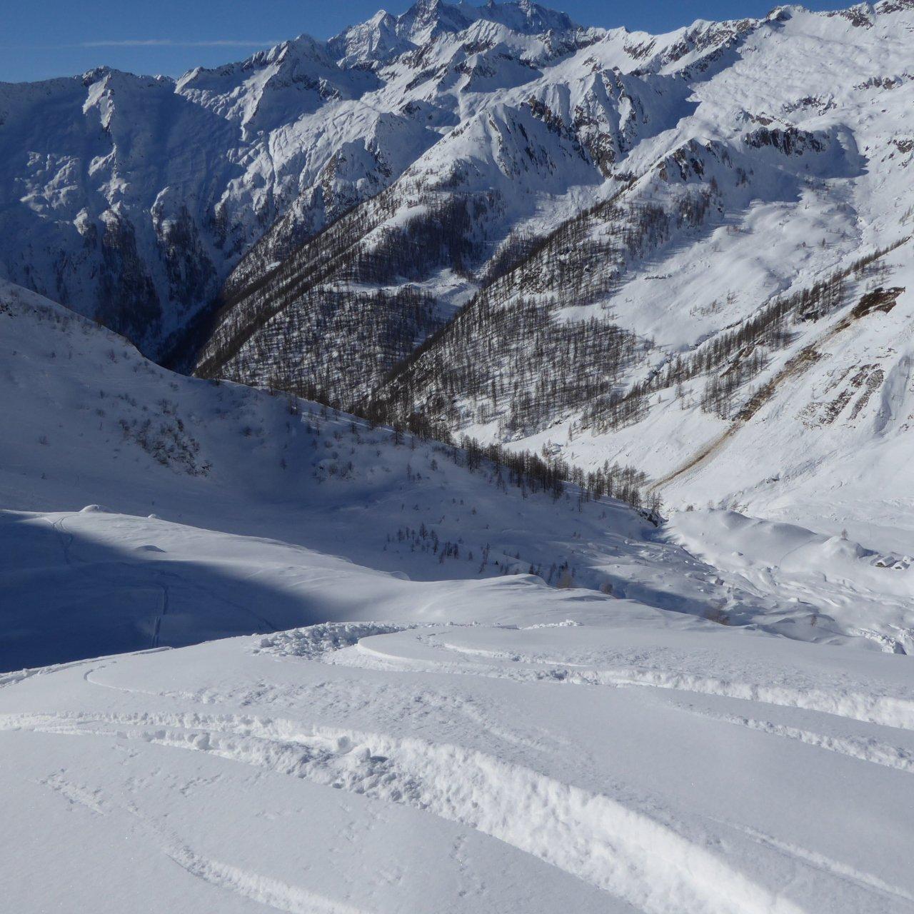 in discesa con bella neve