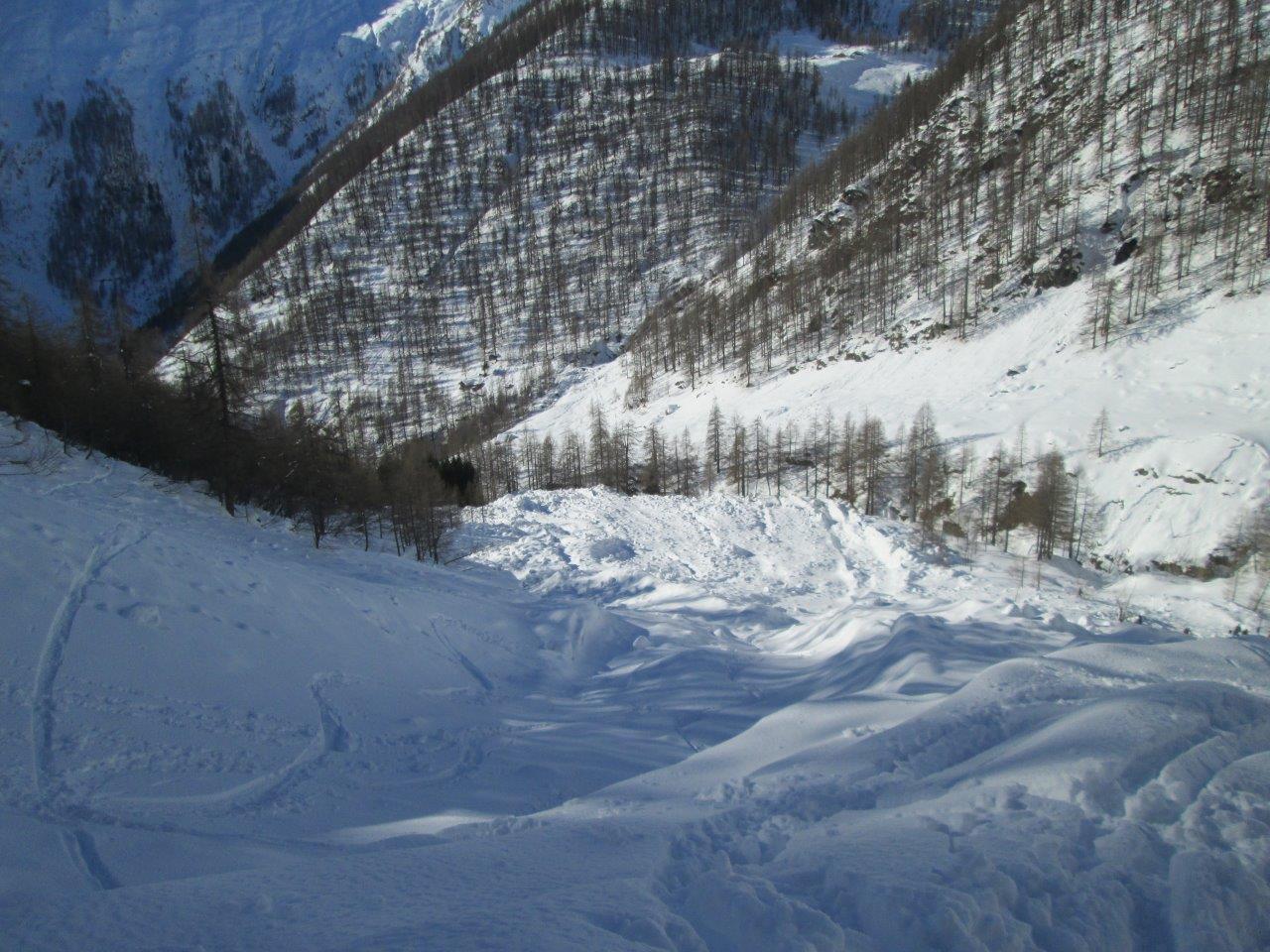 grossa valanga ricoperta dalla neve di venerdì