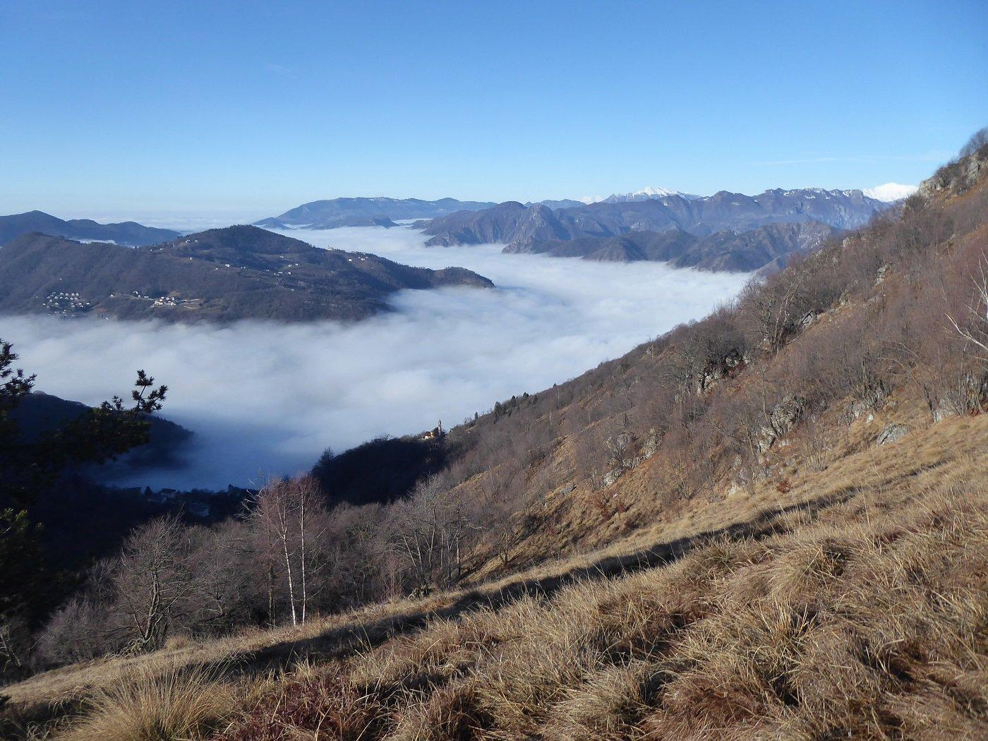 Panorama verso la Val Serina con mare di nubi.