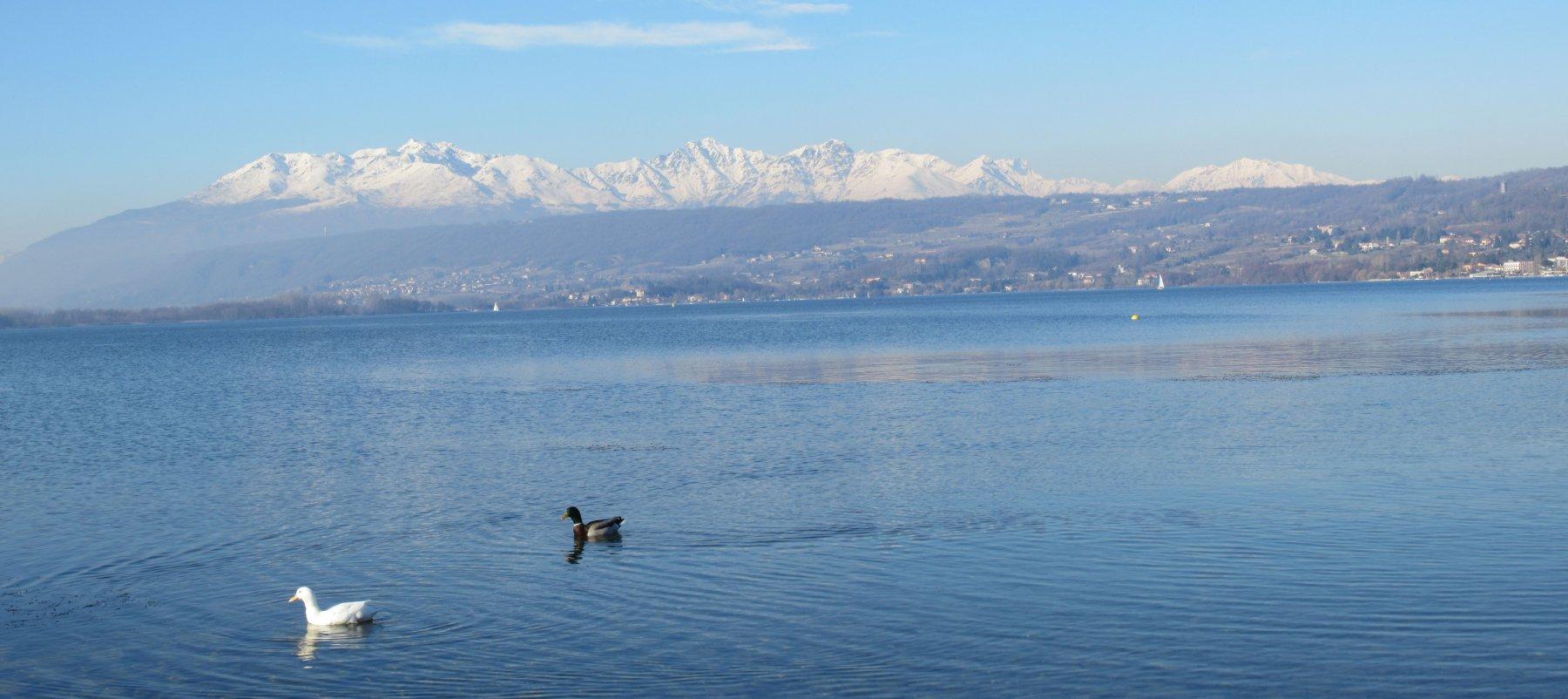 Il Lago di Viverone, le montagne Biellesi e la Serra