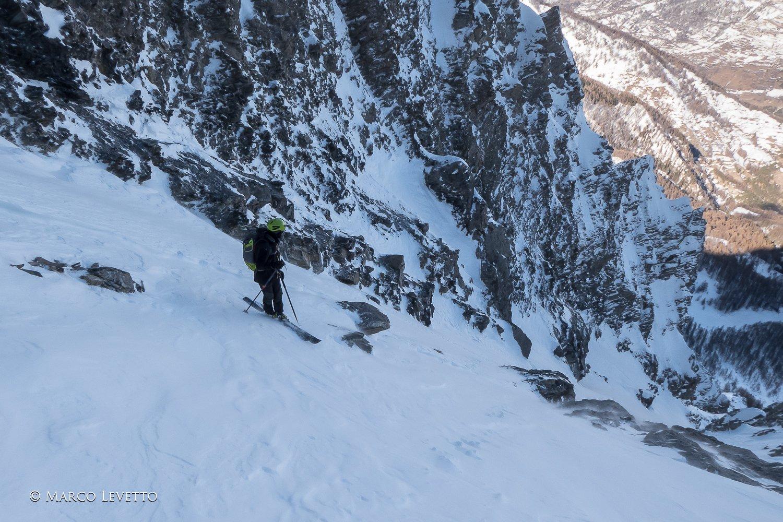 Prima parte della discesa, delicata per le rocce affioranti e la neve irregolare.