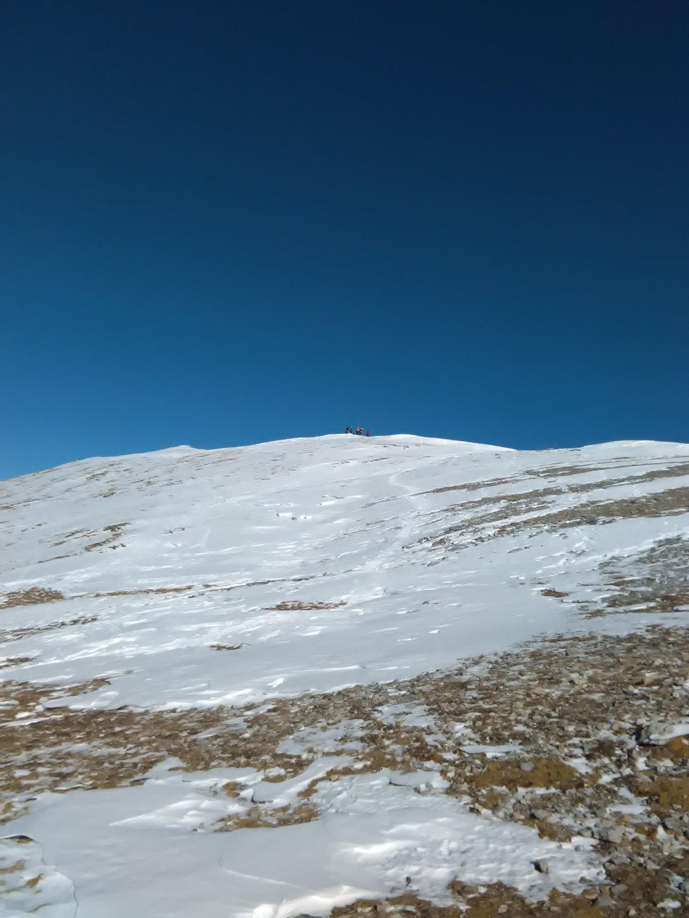 verso la cima la neve scarseggia