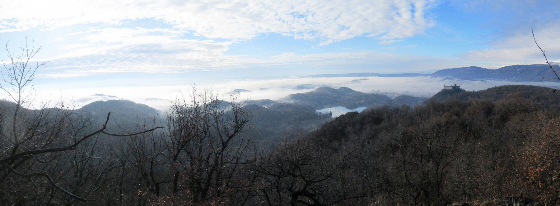 tra le colline avvolte dalla nebbia appare il Lago Pistono