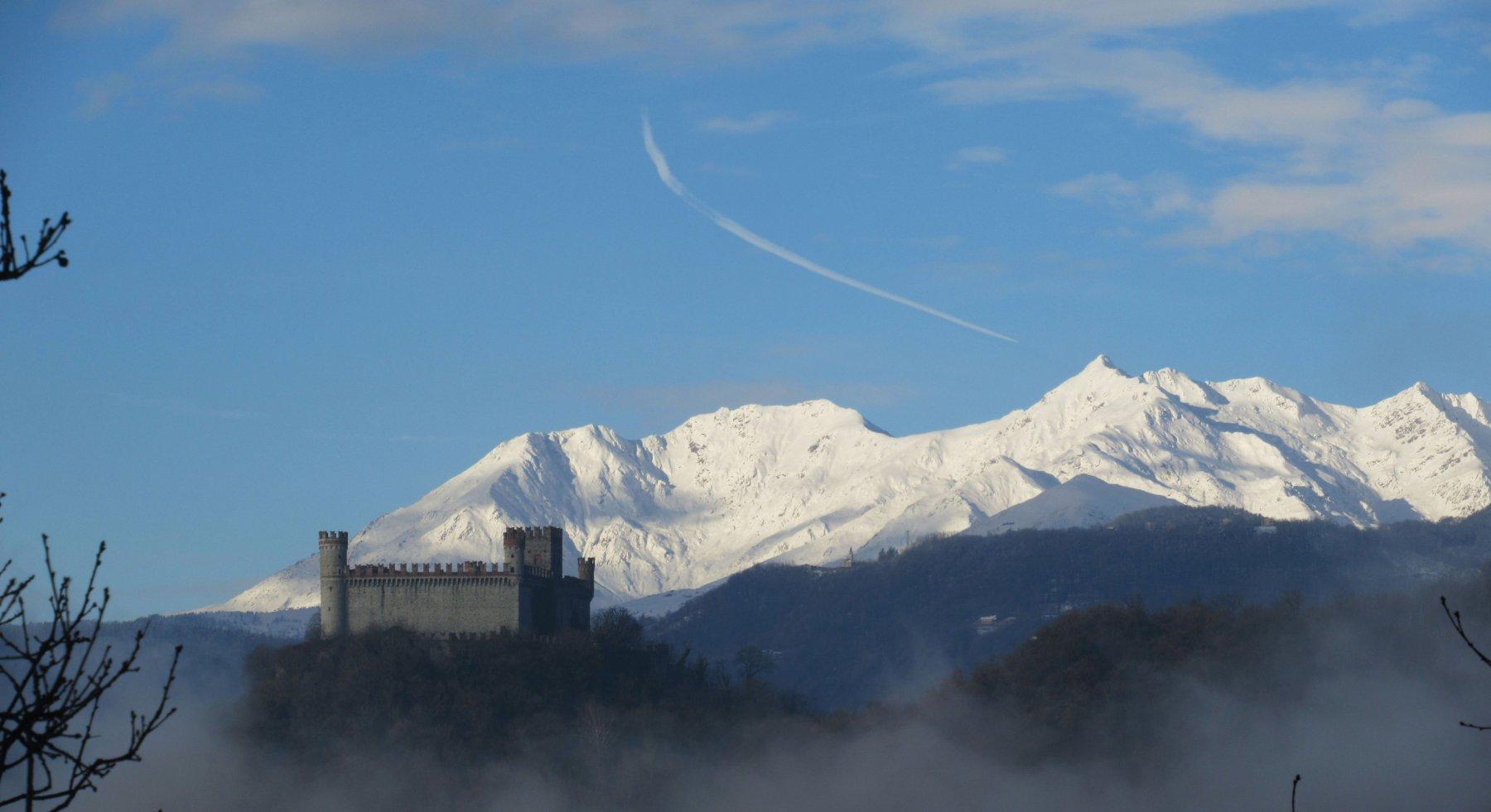 Castello di Montalto Dora con dietro la Quinzeina e la Verzel