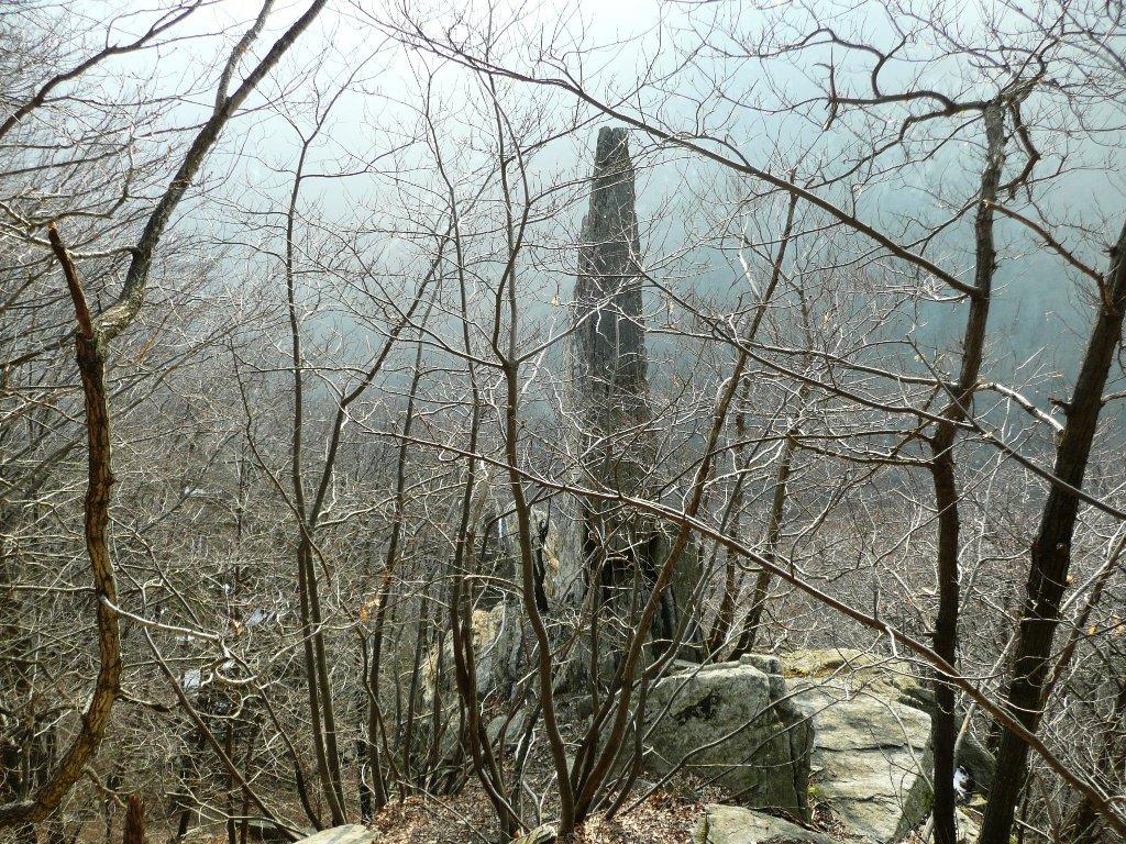 Obelisco, visto scendendo il canale, appare come lo si vede dal lato opposto... uno spillo !!!