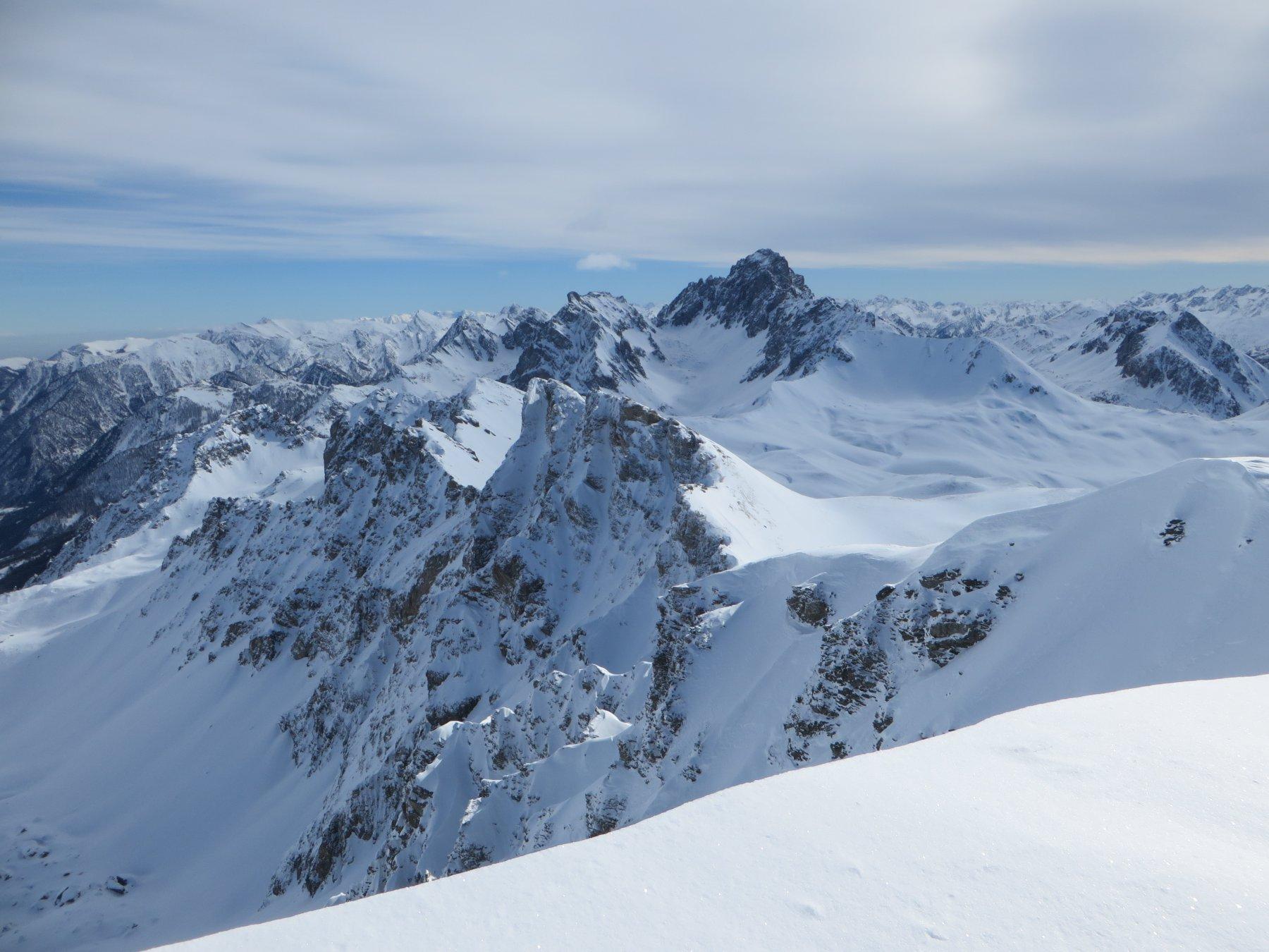 Dalla cima del Viraysse la lunga cresta che conduce all'Aiguille de Barsin (termina al Monte Soubeyran)