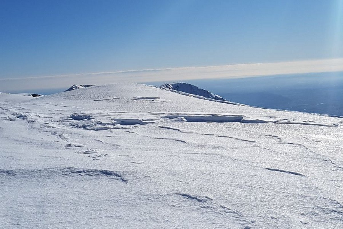 sulla dorsale crosta da vento, sastrugi e neve ghiacciata