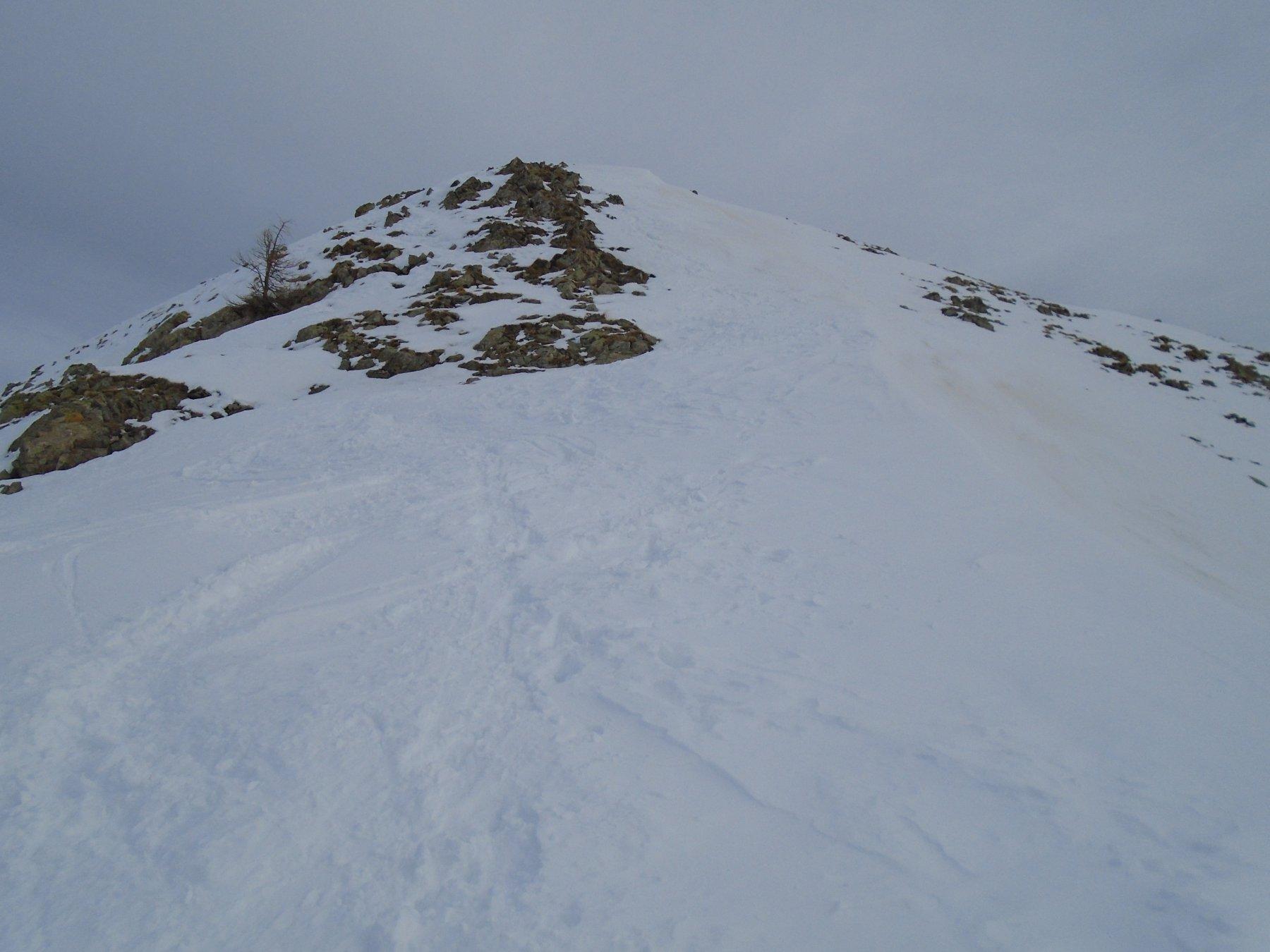 Il tratto tecnico (su neve) delle roccette poco sotto la vetta